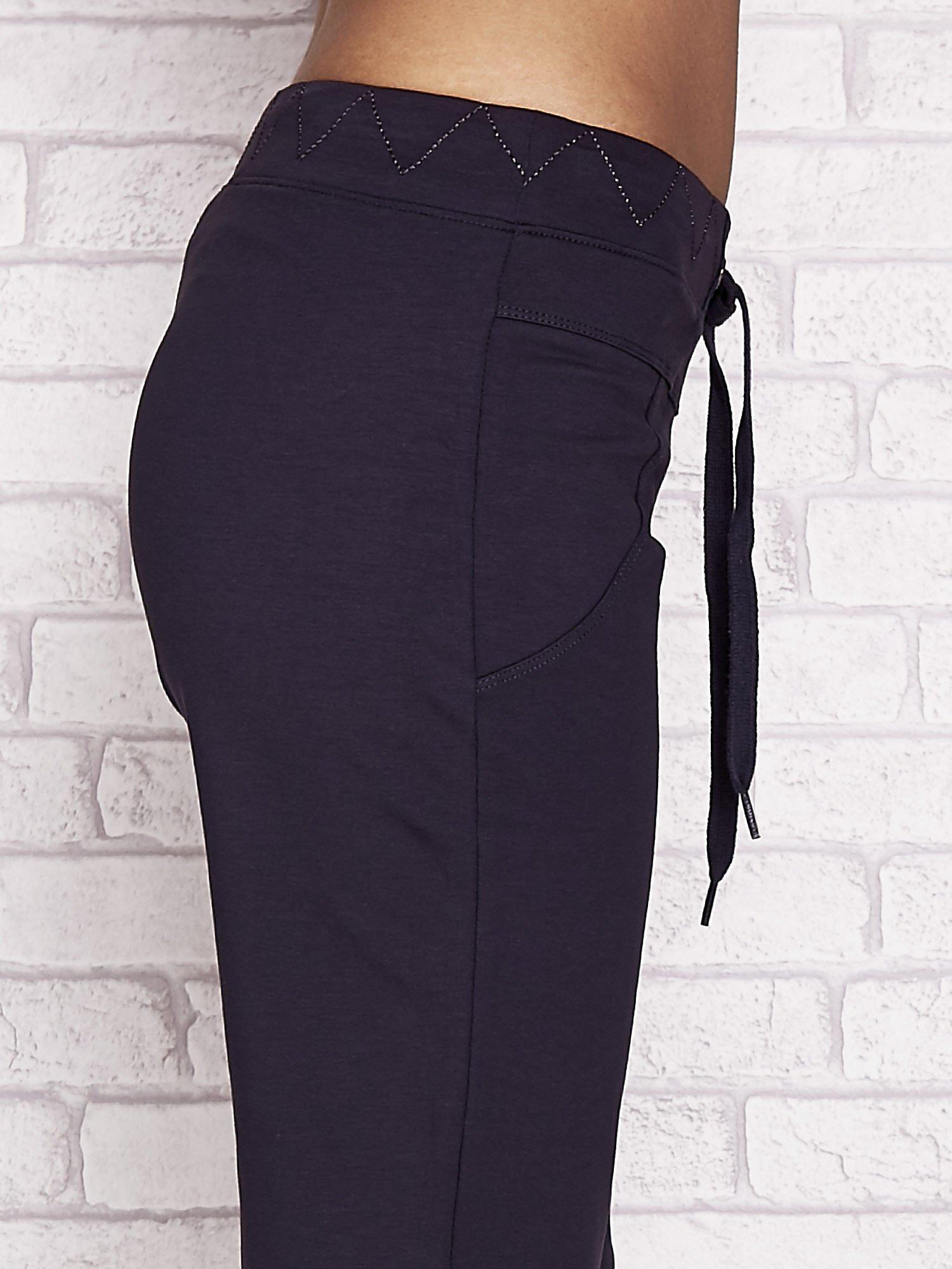 Grafitowe spodnie dresowe capri z ozdobnym przeszyciem w pasie                                  zdj.                                  5