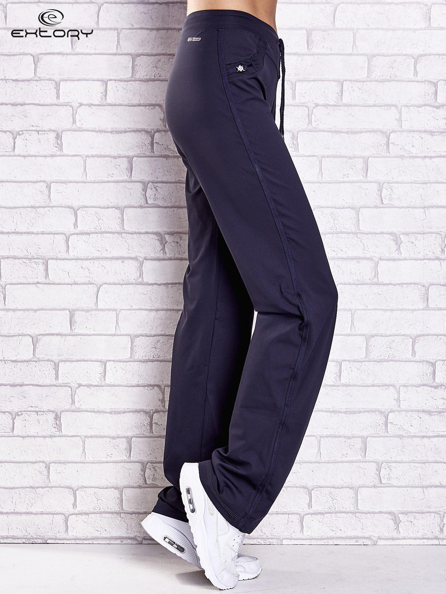 Grafitowe spodnie dresowe z dżetami i troczkami PLUS SIZE                                  zdj.                                  1