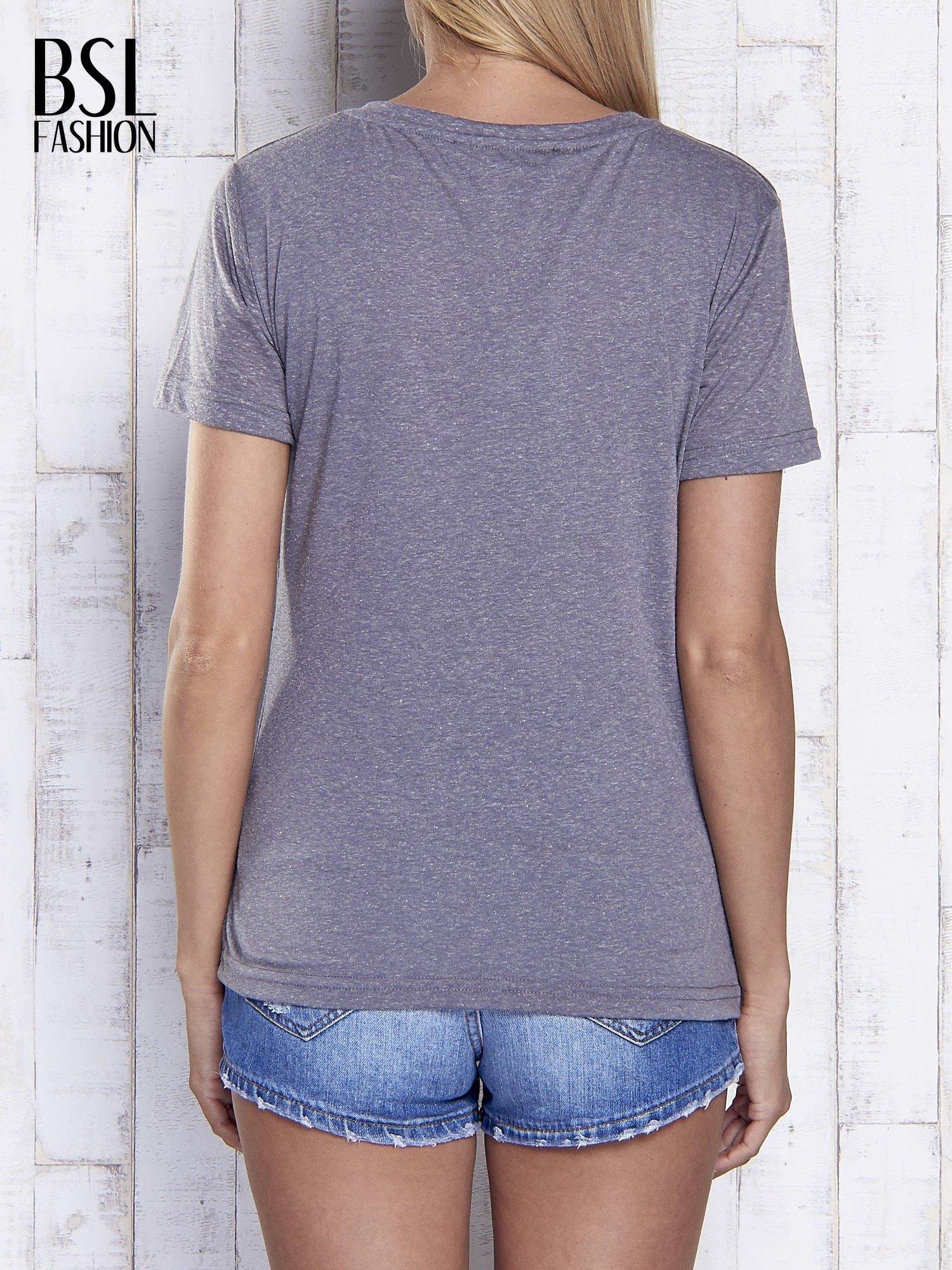 Grafitowy melanżowy t-shirt z trójkątnym dekoltem                                  zdj.                                  2