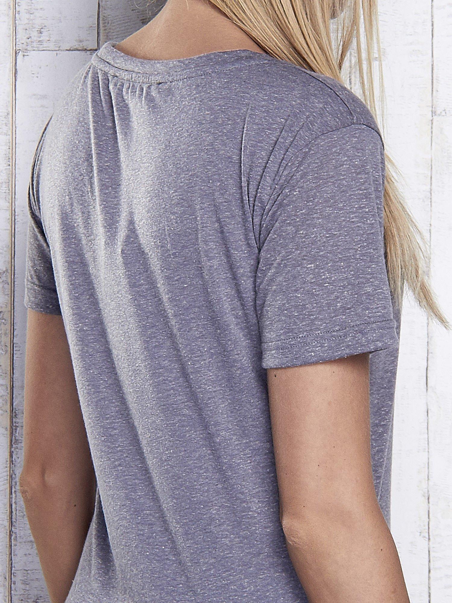 Grafitowy melanżowy t-shirt z trójkątnym dekoltem                                  zdj.                                  6