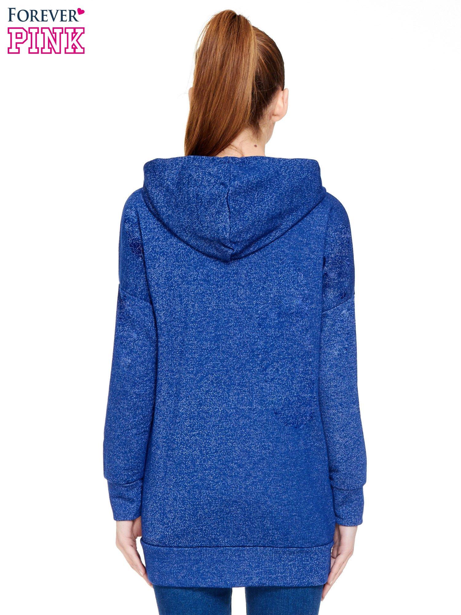 Granatowa bluza dresowa z kapturem z materiału a'la denim                                  zdj.                                  4