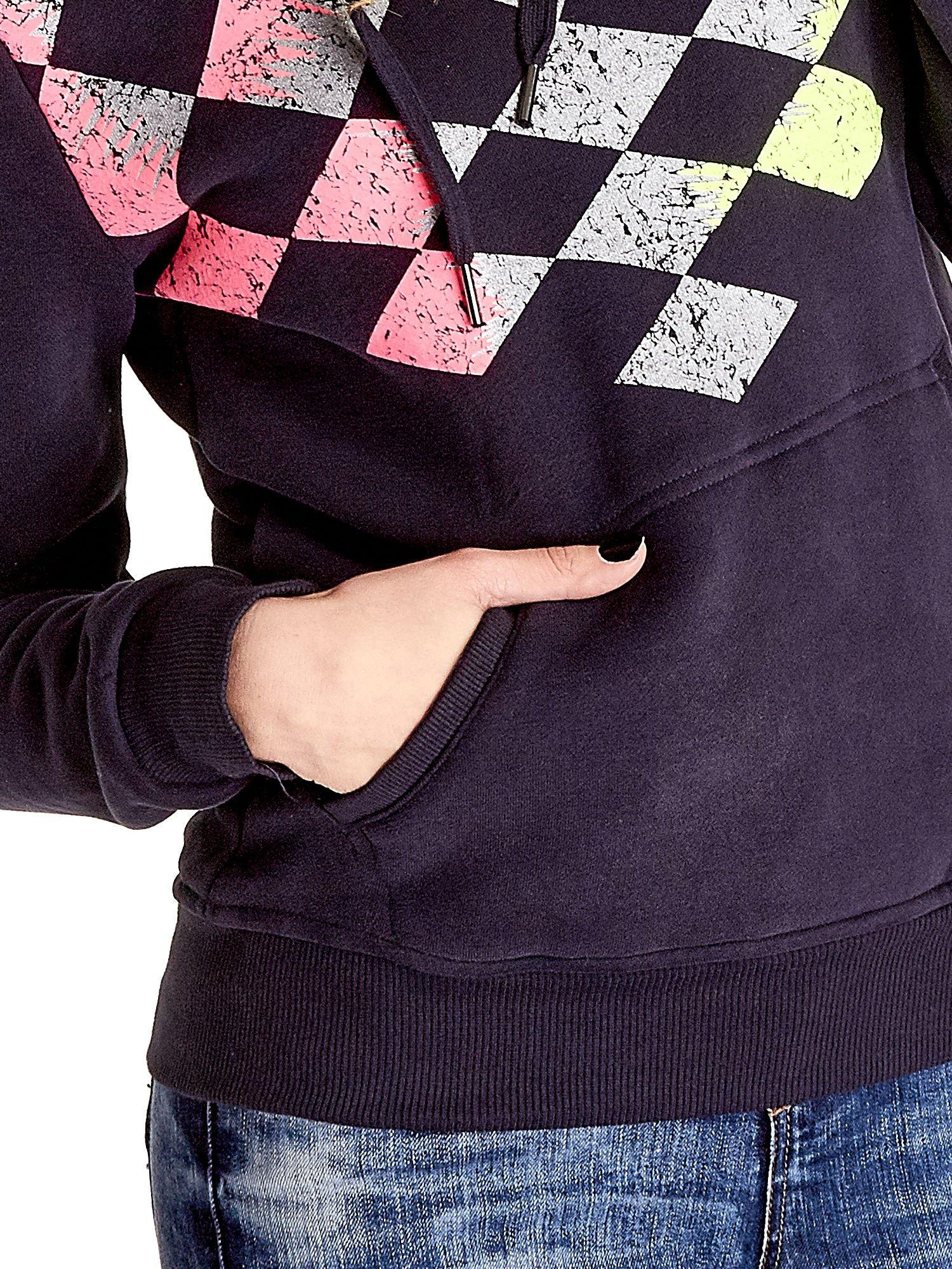 Granatowa bluza sportowa z kapturem i nadrukiem w romby                                  zdj.                                  6