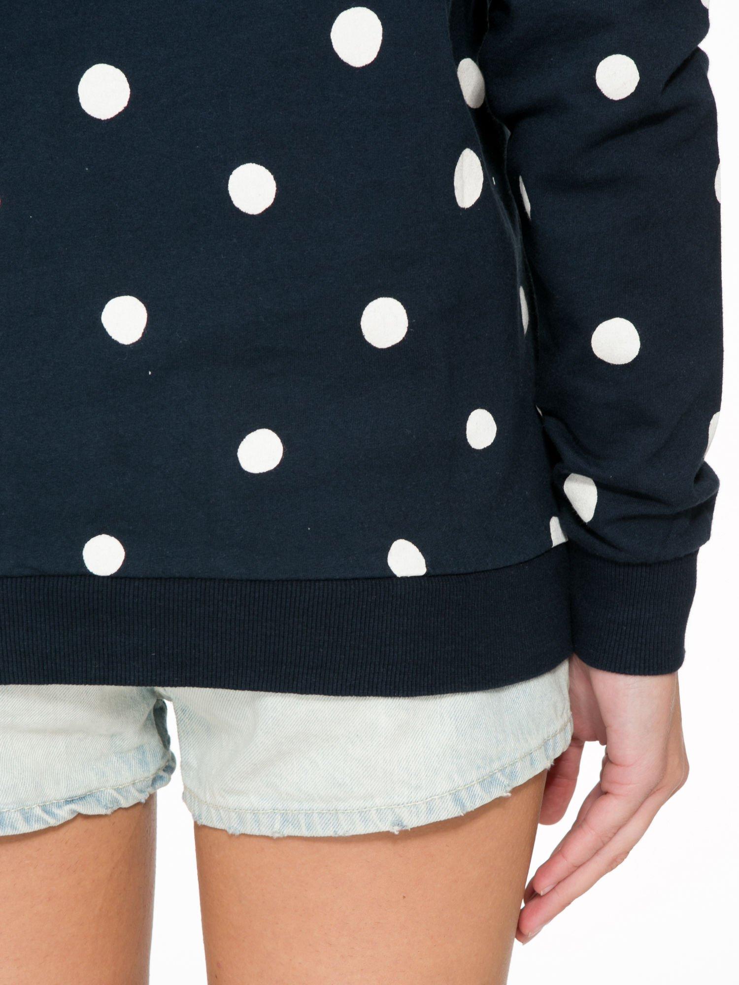 Granatowa bluza w grochy z napisem IN THE SPOTLIGHT                                  zdj.                                  10