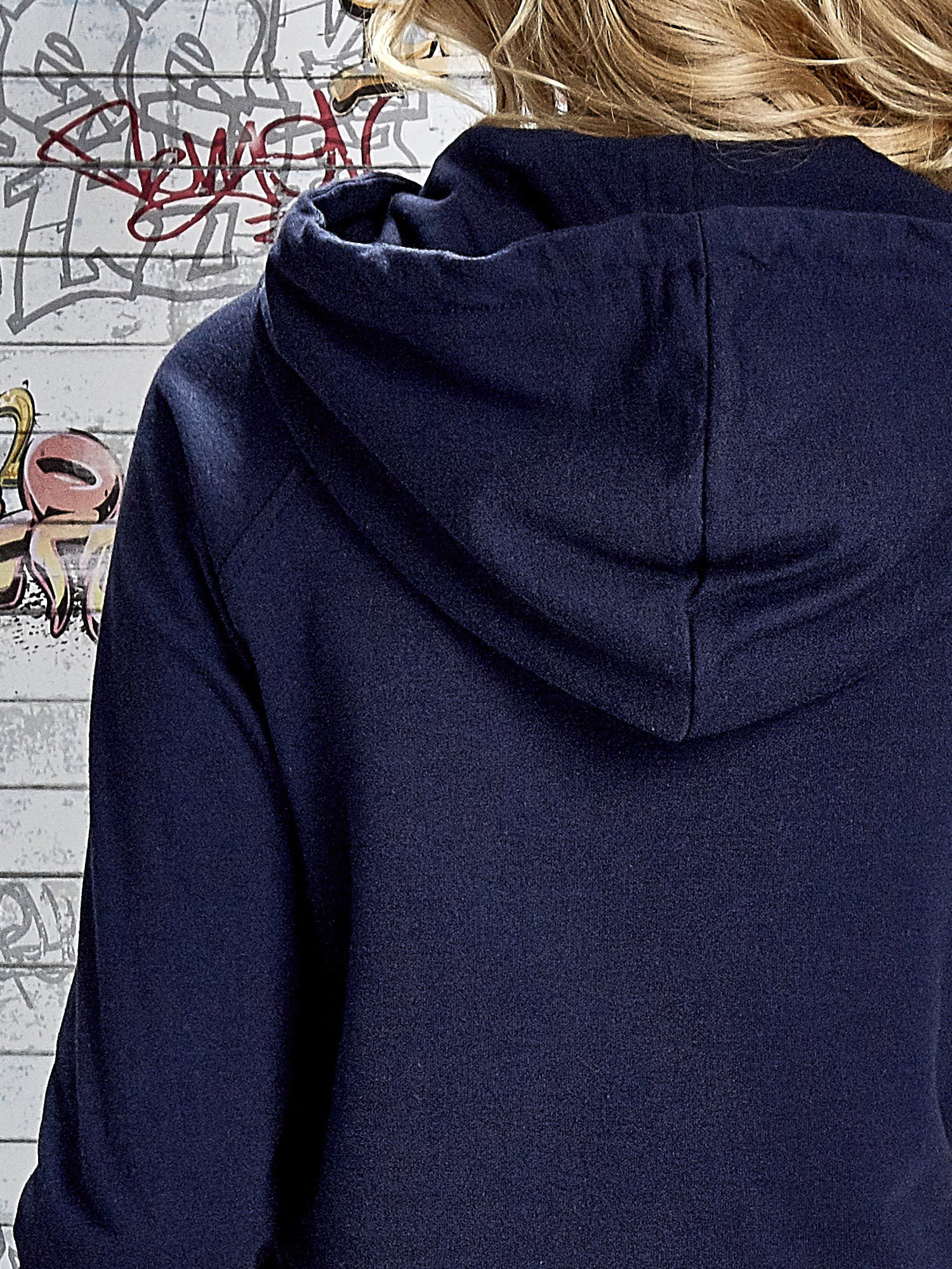 Granatowa bluza z kapturem i miejskim nadrukiem                                   zdj.                                  6