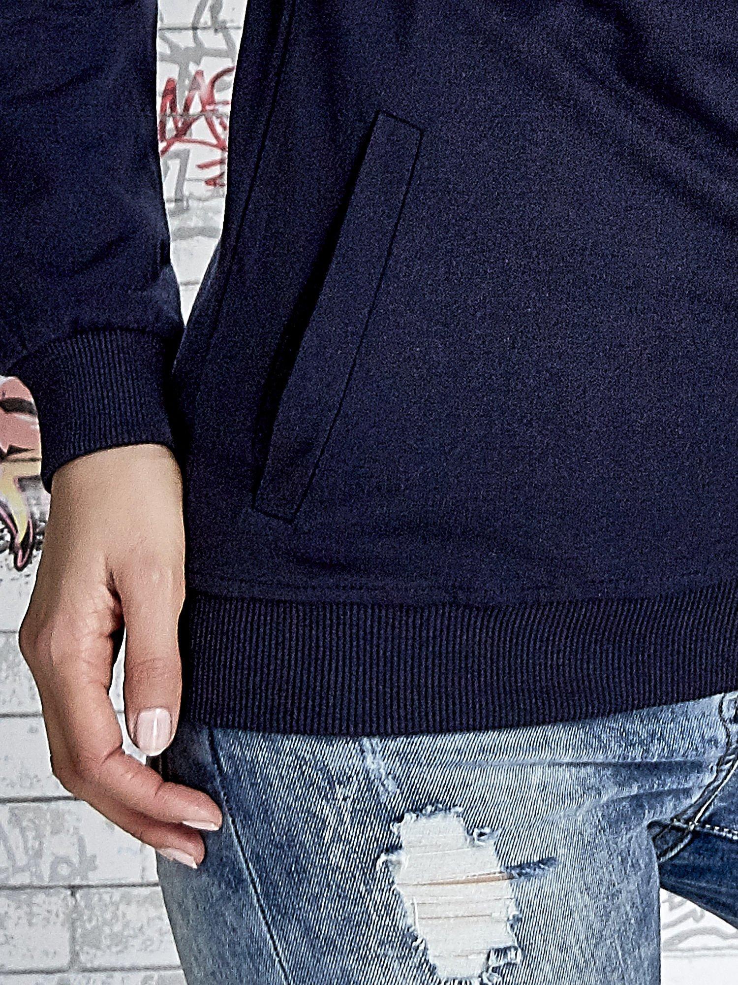 Granatowa bluza z kapturem z kolorowymi przeszyciami                                  zdj.                                  7