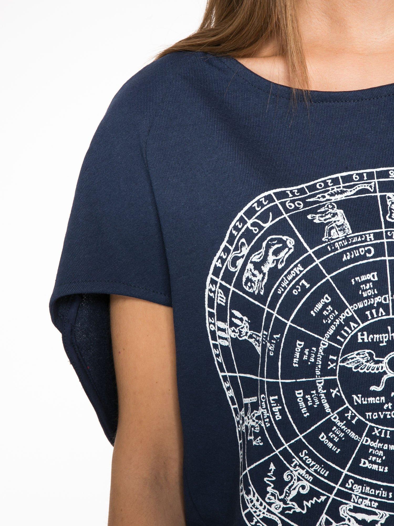 Granatowa bluza z nadrukiem tarczy zodiakalnej i szerokimi rękawami                                  zdj.                                  6