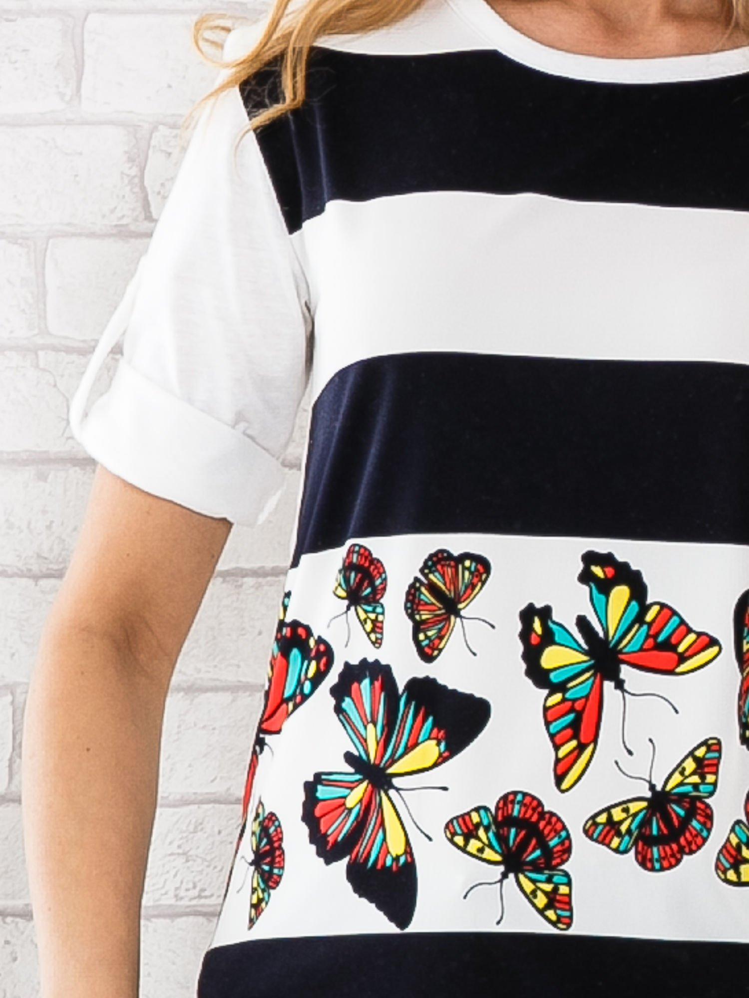 Granatowa bluzka w szerokie pasy i nadrukiem motyli                                  zdj.                                  4