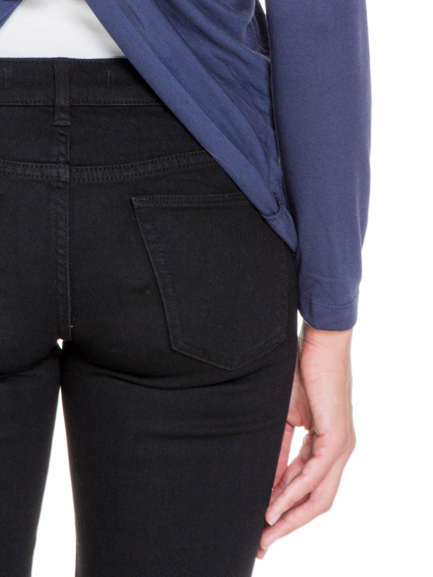 Granatowa bluzka z kopertowym dekoltem na plecach                                  zdj.                                  8