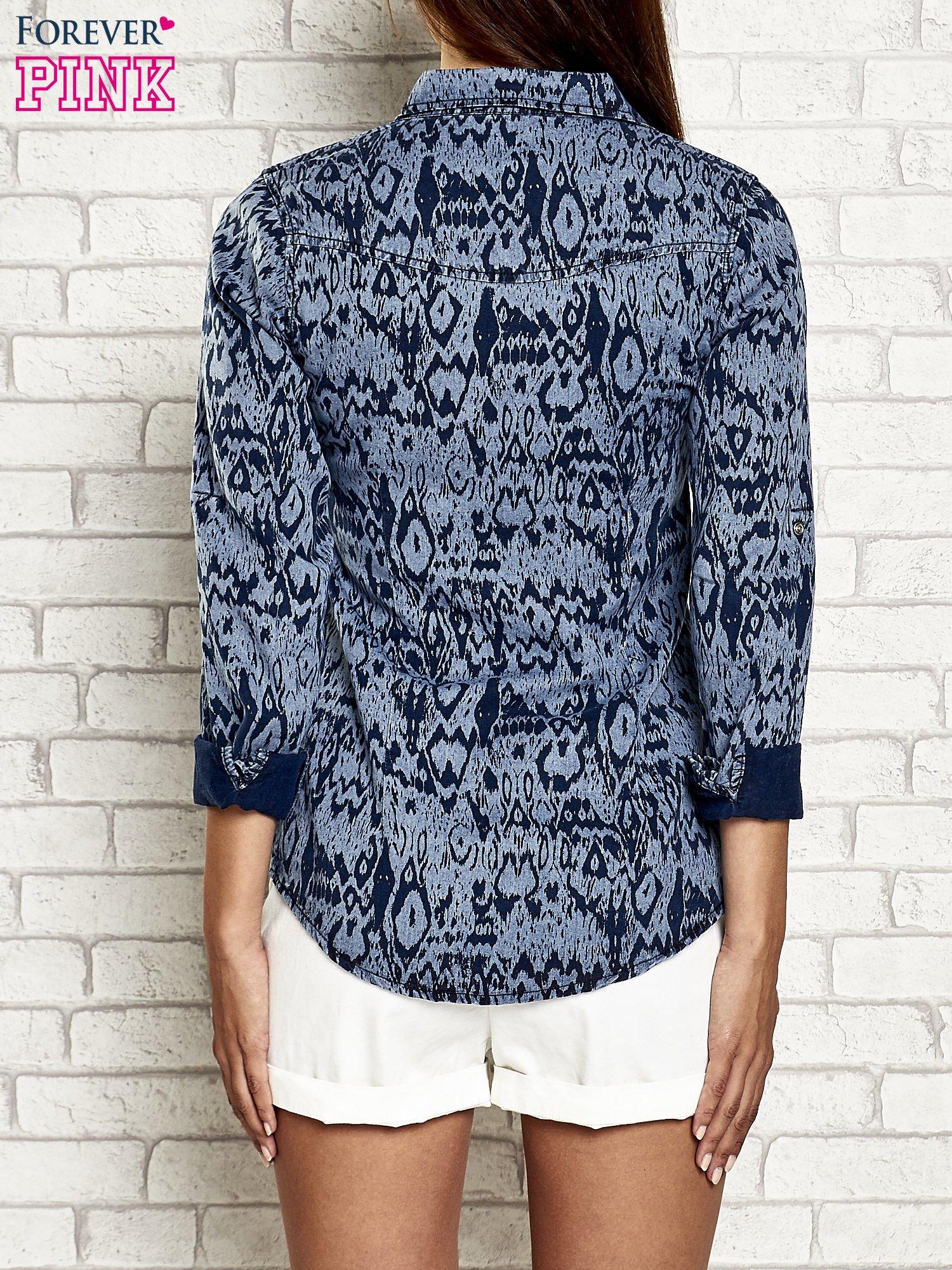 Granatowa denimowa koszula z nadrukiem                                  zdj.                                  2