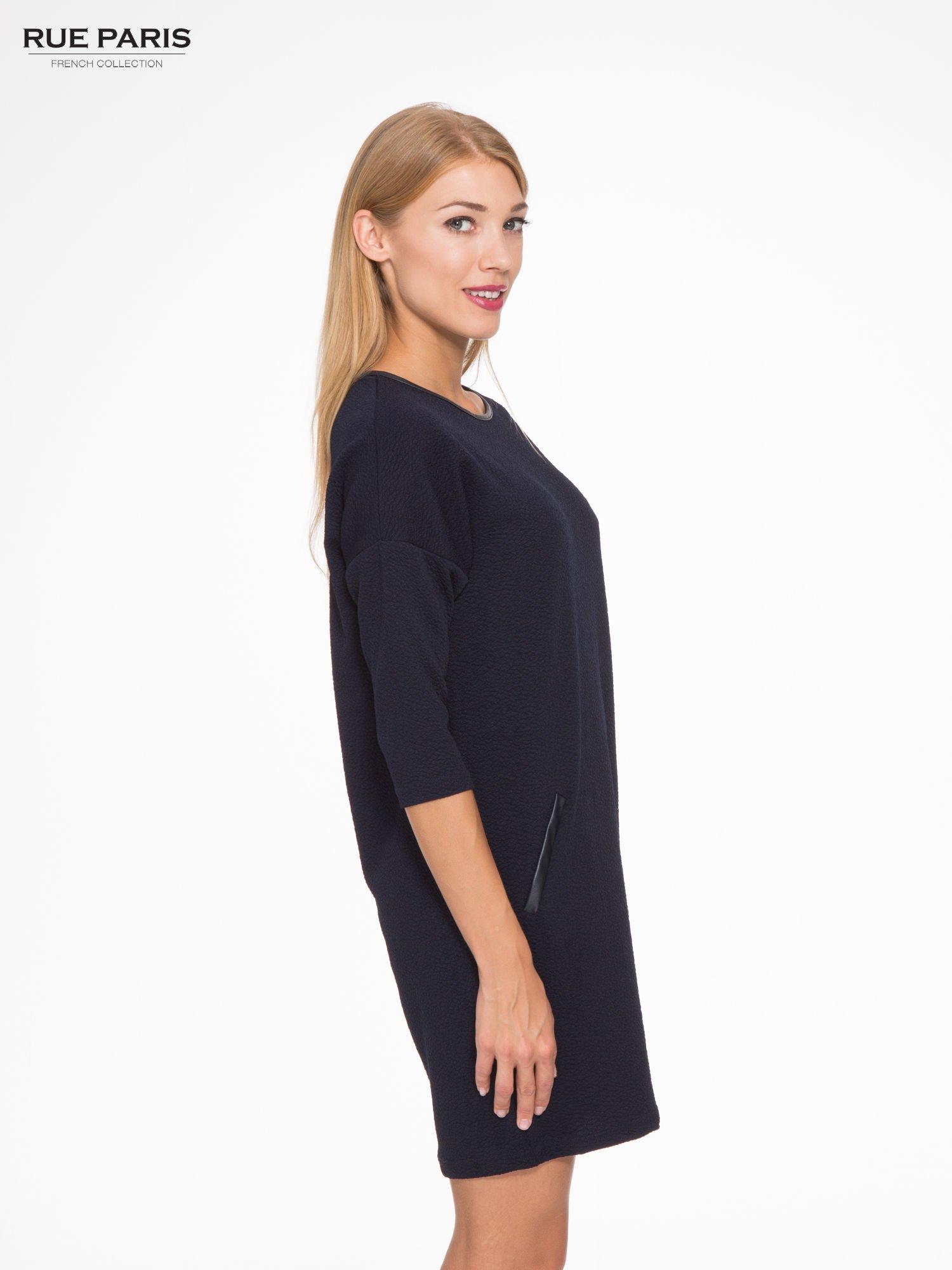 Granatowa fakturowana prosta sukienka ze wstawkami ze skóry                                  zdj.                                  3