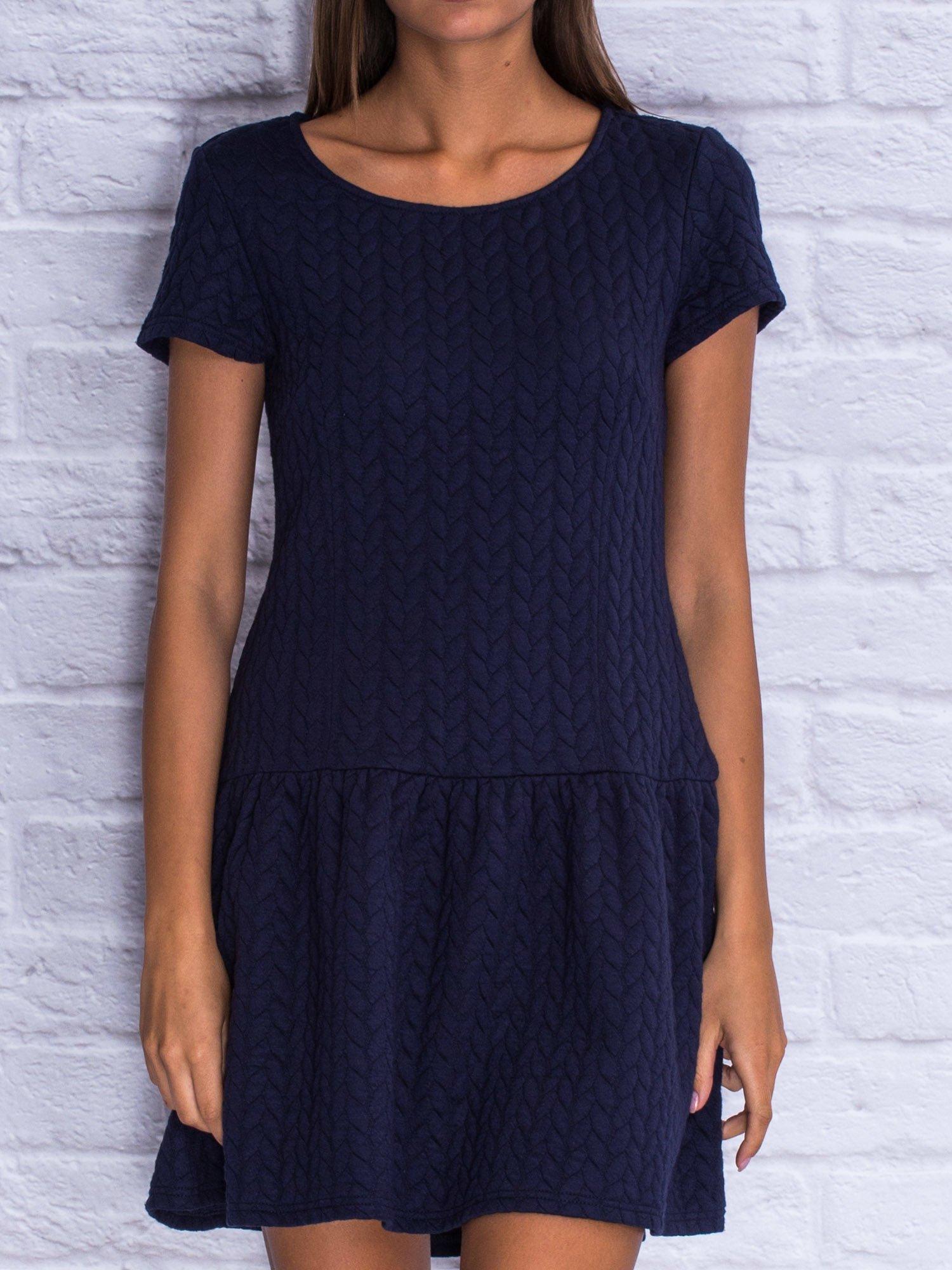 Granatowa fakturowana sukienka z obniżoną talią                                  zdj.                                  5