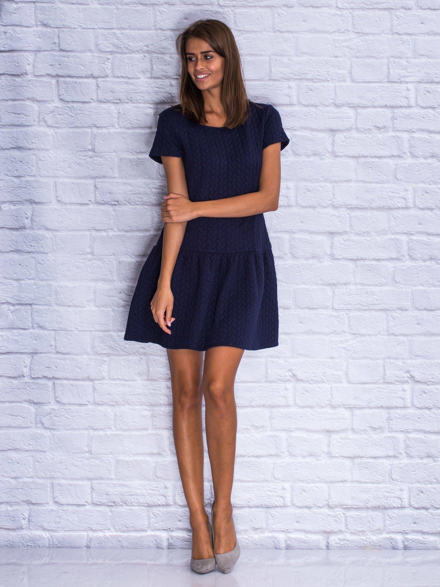 Granatowa fakturowana sukienka z obniżoną talią                                  zdj.                                  7