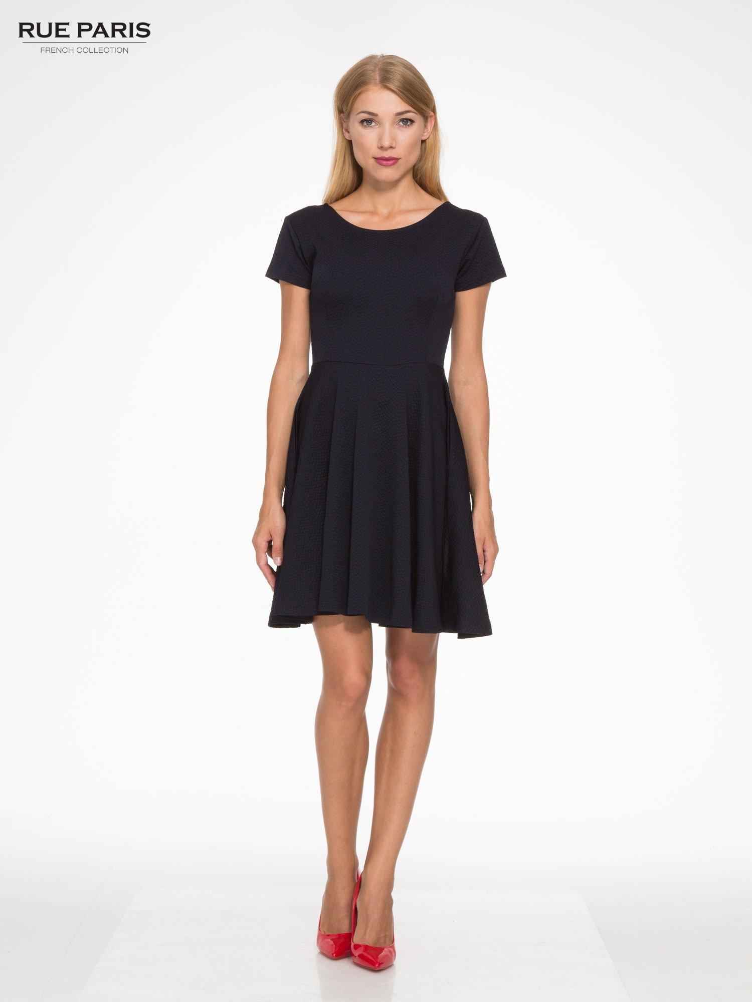 Granatowa fakturowana sukienka z zakładkami i zamkiem z tyłu                                  zdj.                                  2