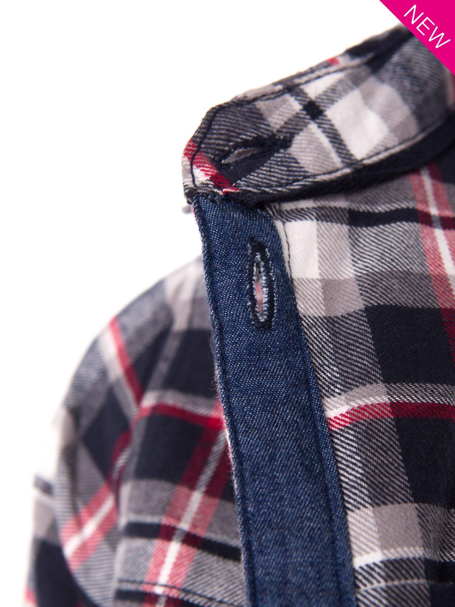 Granatowa koszula w kratę z kieszonką z przodu                                  zdj.                                  5