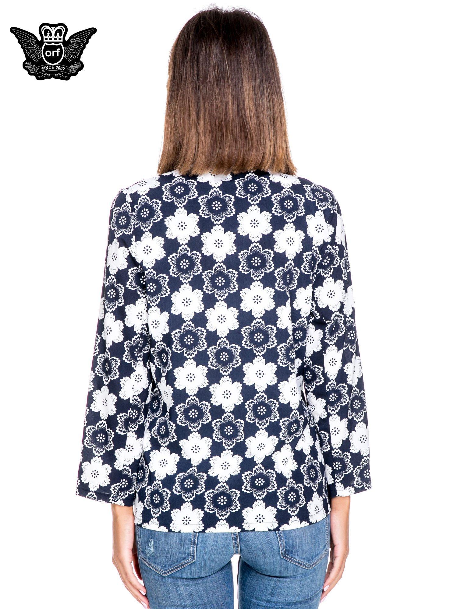 Granatowa koszulonarzutka we wzór w kwiaty                                  zdj.                                  4