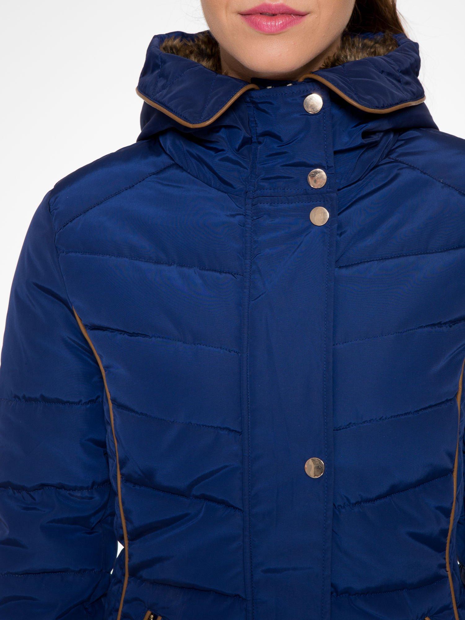 Granatowa kurtka zimowa ze skórzaną lamówką i futrzanym kapturem                                  zdj.                                  6