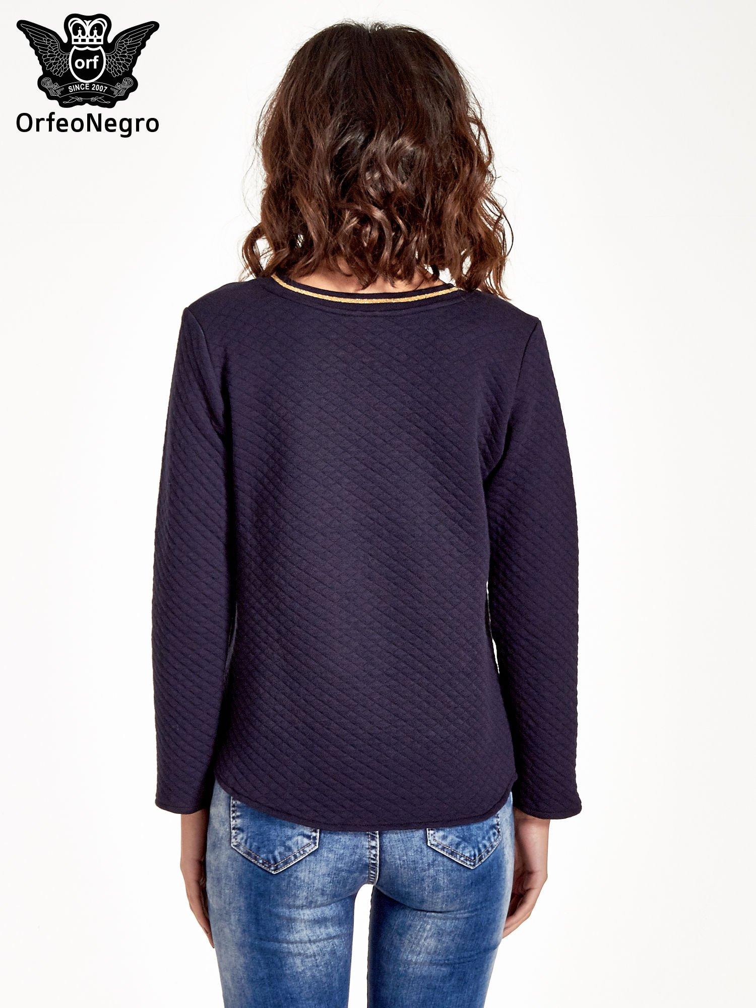 Granatowa pikowana bluza w stylu glamour ze złotym nadrukiem i lamówką                                  zdj.                                  2