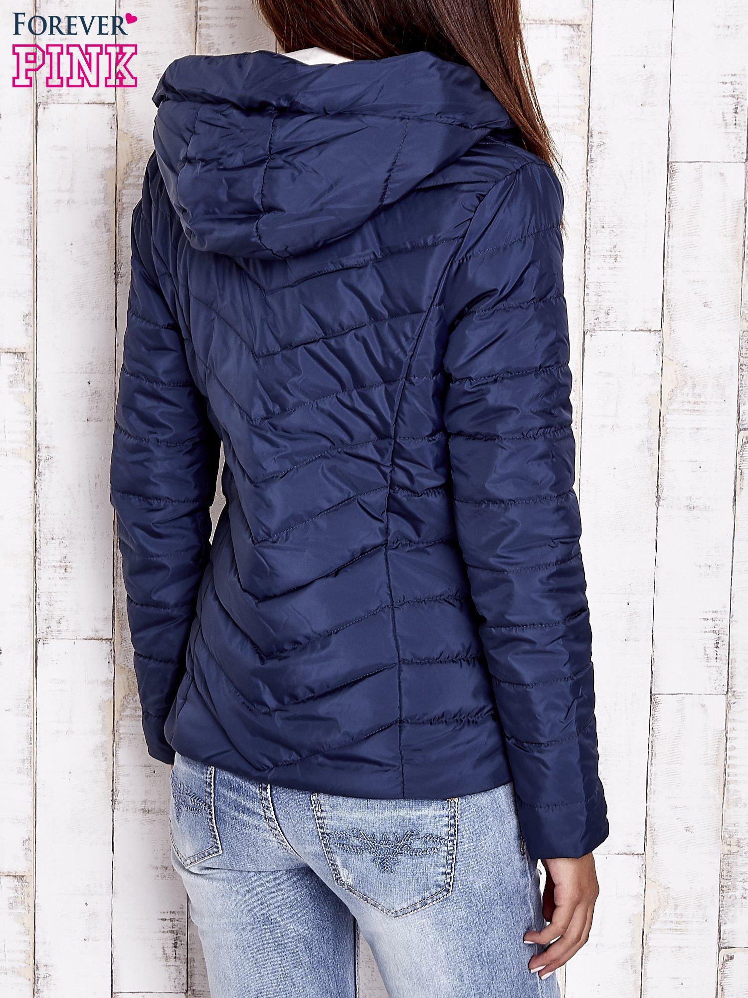Granatowa pikowana kurtka z jasnym wykończeniem                                  zdj.                                  2