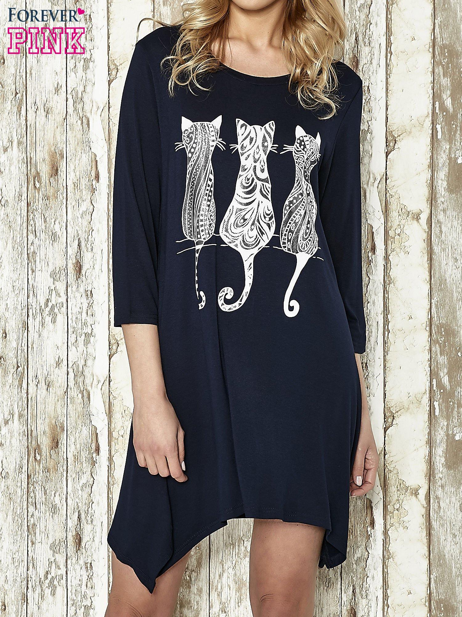 Granatowa sukienka damska z nadrukiem kotów                                  zdj.                                  1