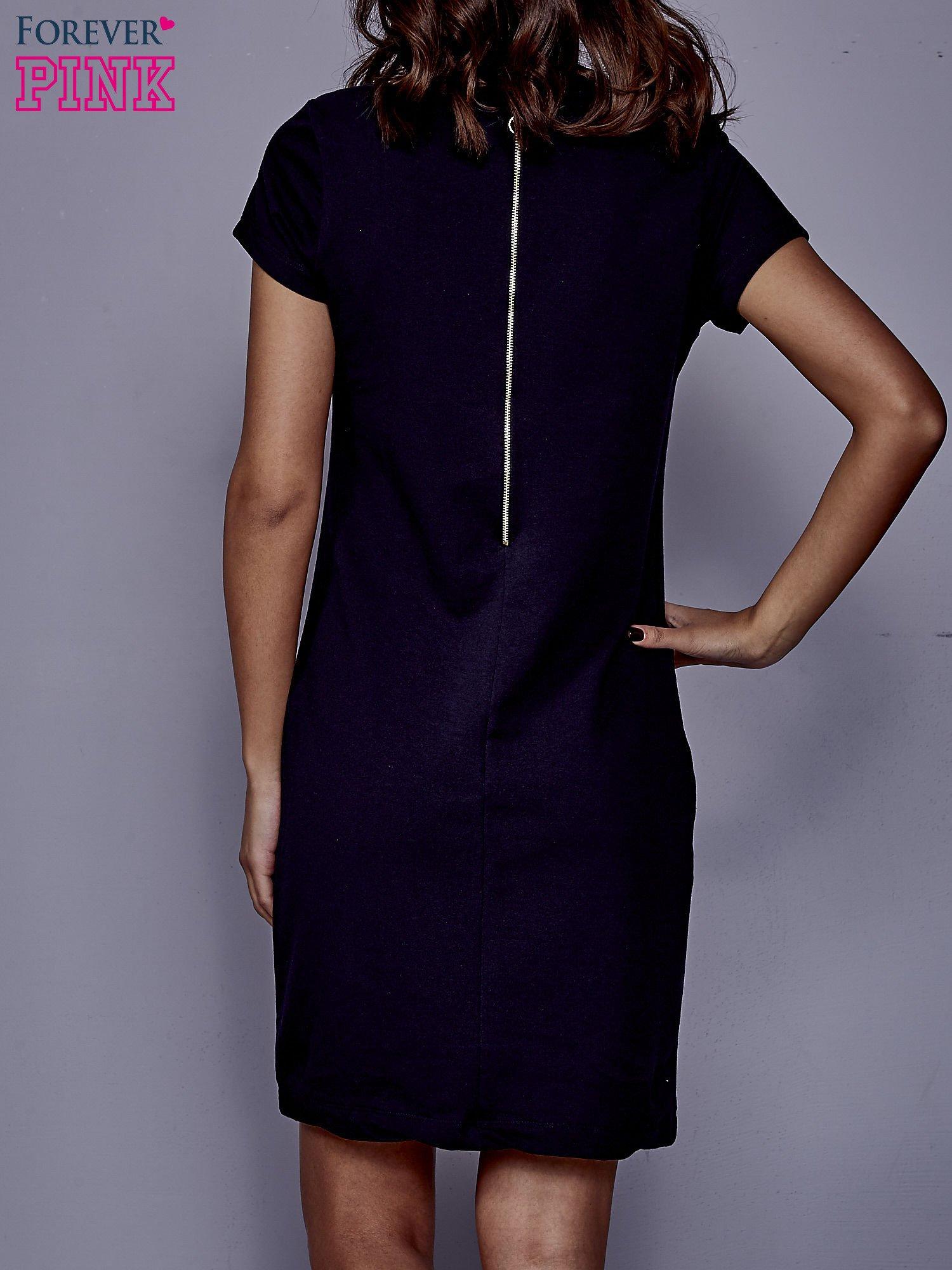 Granatowa sukienka dresowa o prostym kroju                                  zdj.                                  4