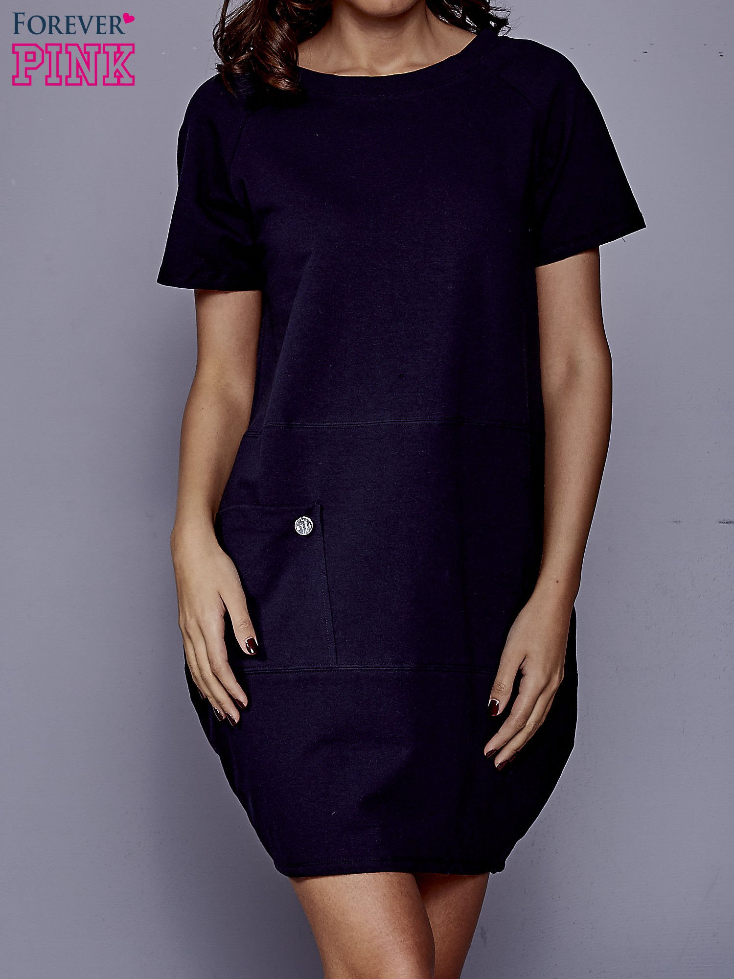 Granatowa sukienka dresowa z kieszenią z boku                                  zdj.                                  1