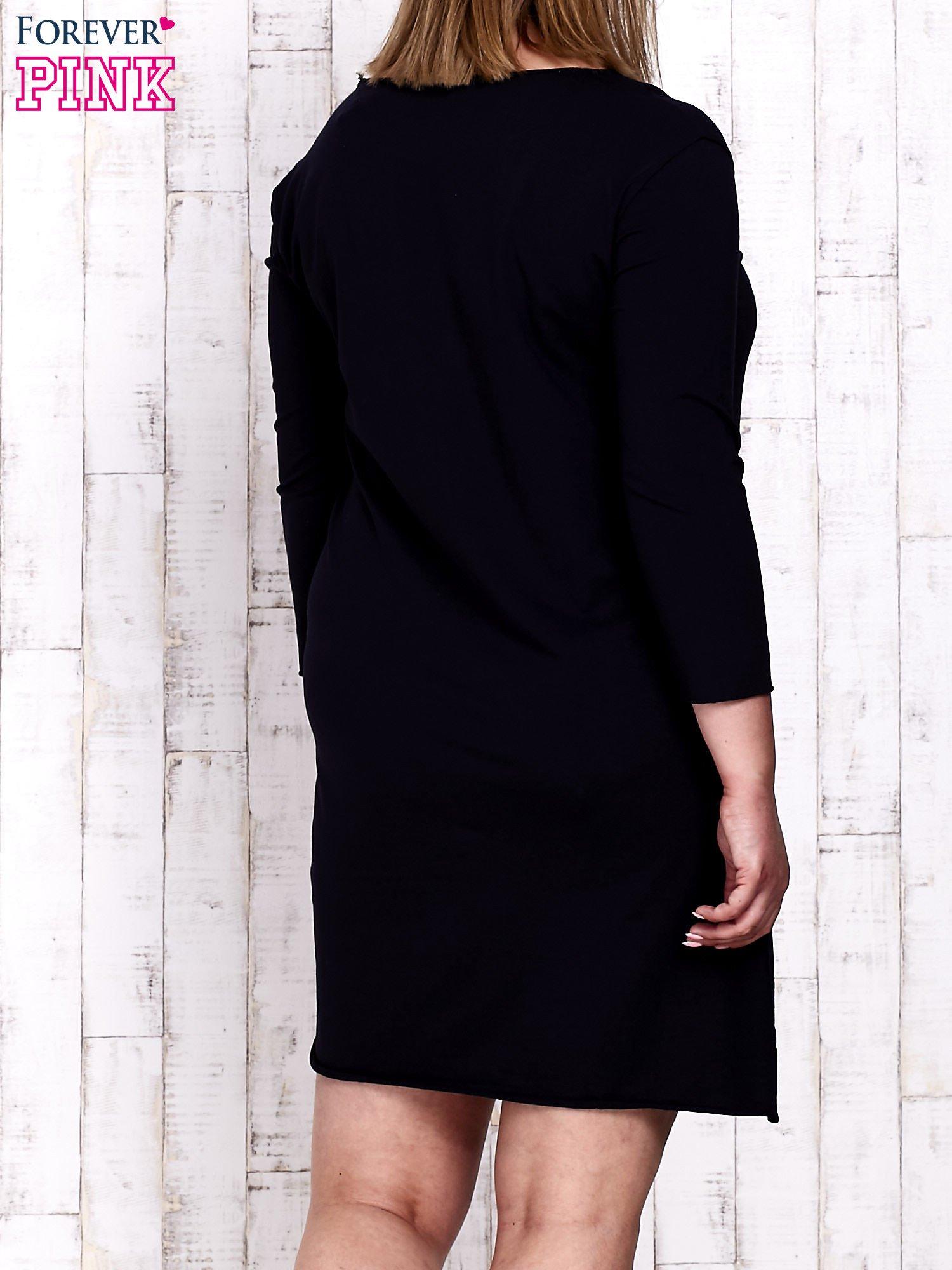 Granatowa sukienka dresowa z napisem LOVE PLUS SIZE                                  zdj.                                  4