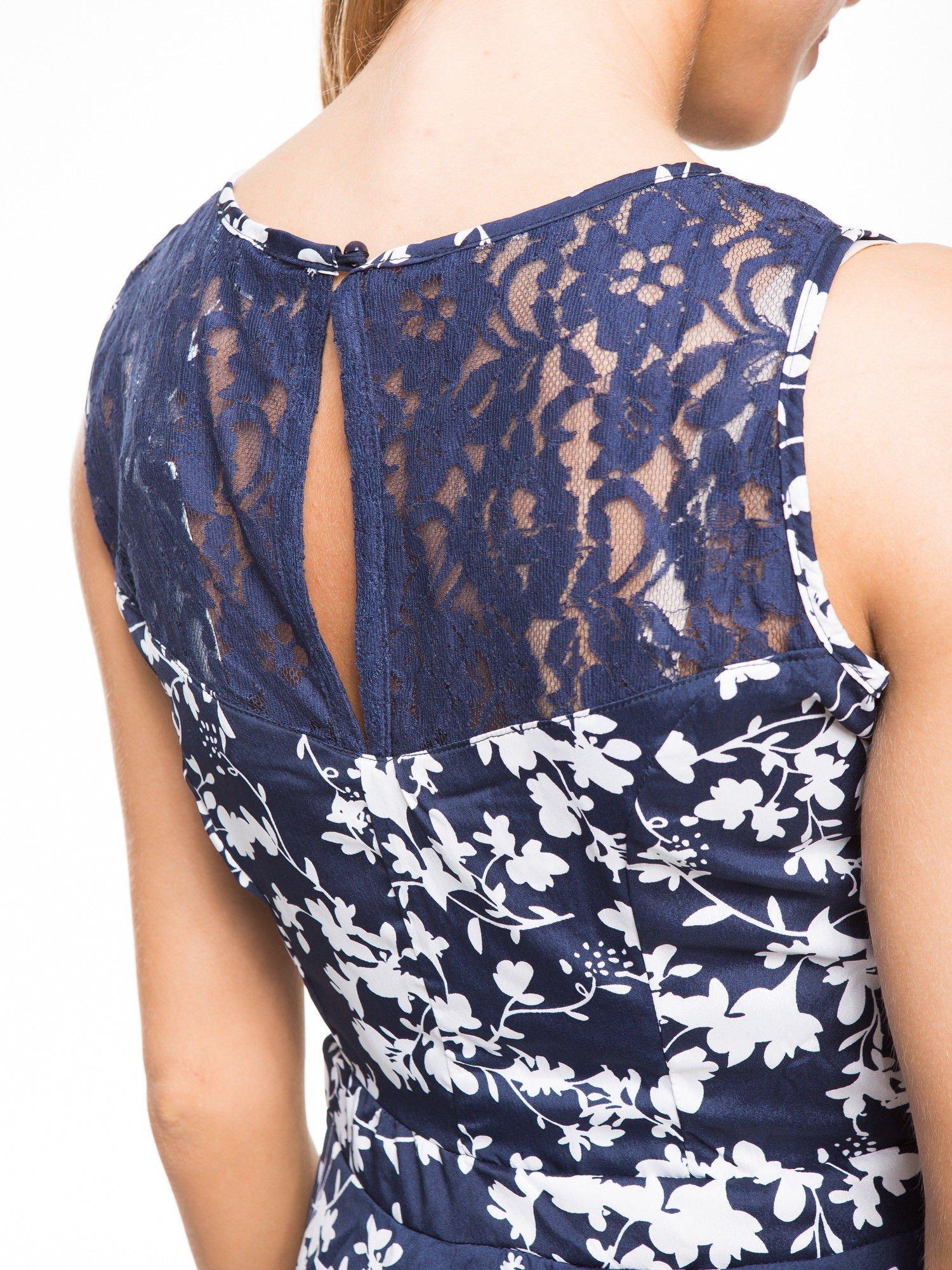 Granatowa sukienka w białe kwiaty z koronkową wstawką na górze                                  zdj.                                  7