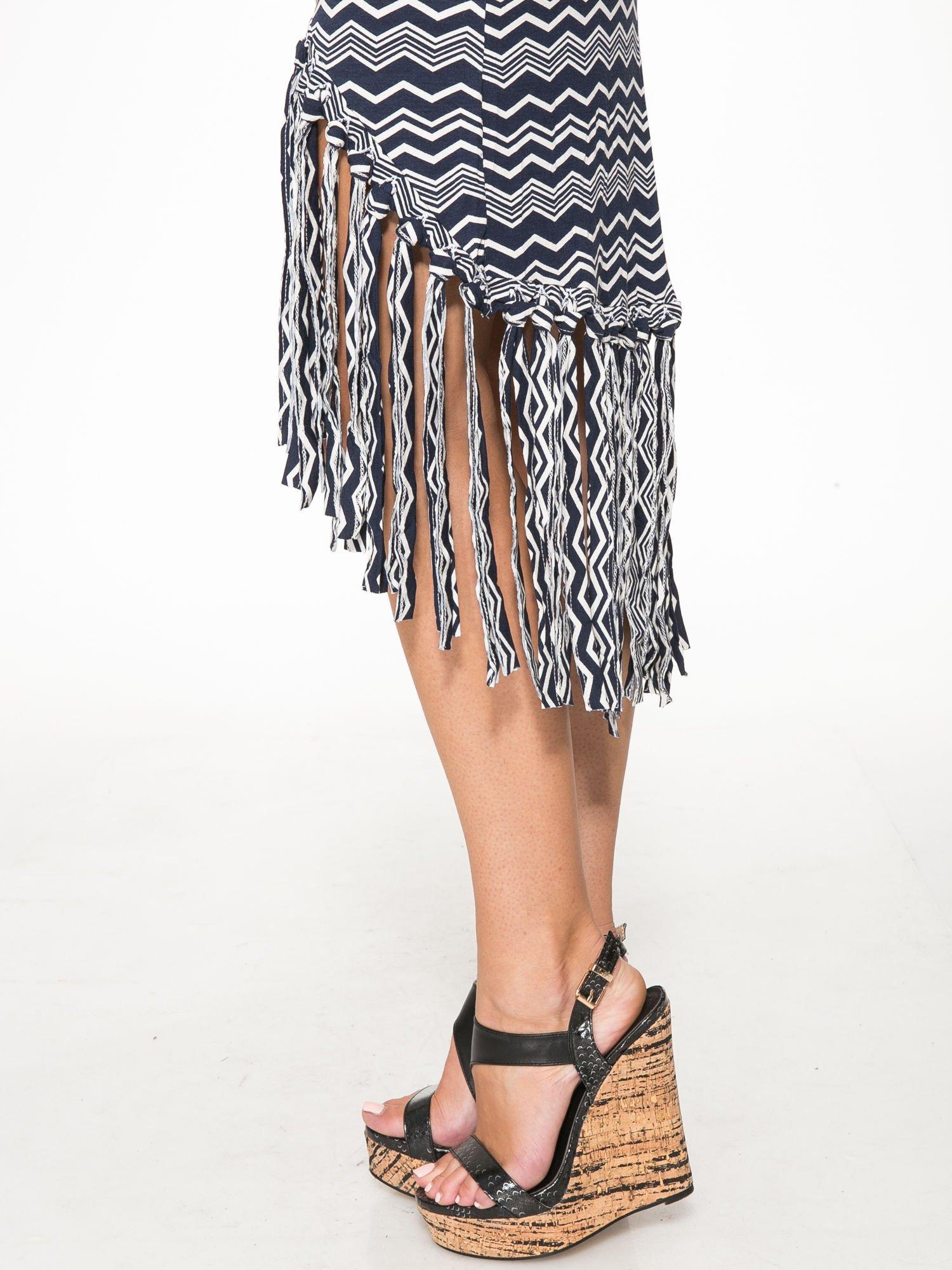 Granatowa sukienka we wzór zig-zag z frędzlami na dole                                  zdj.                                  10