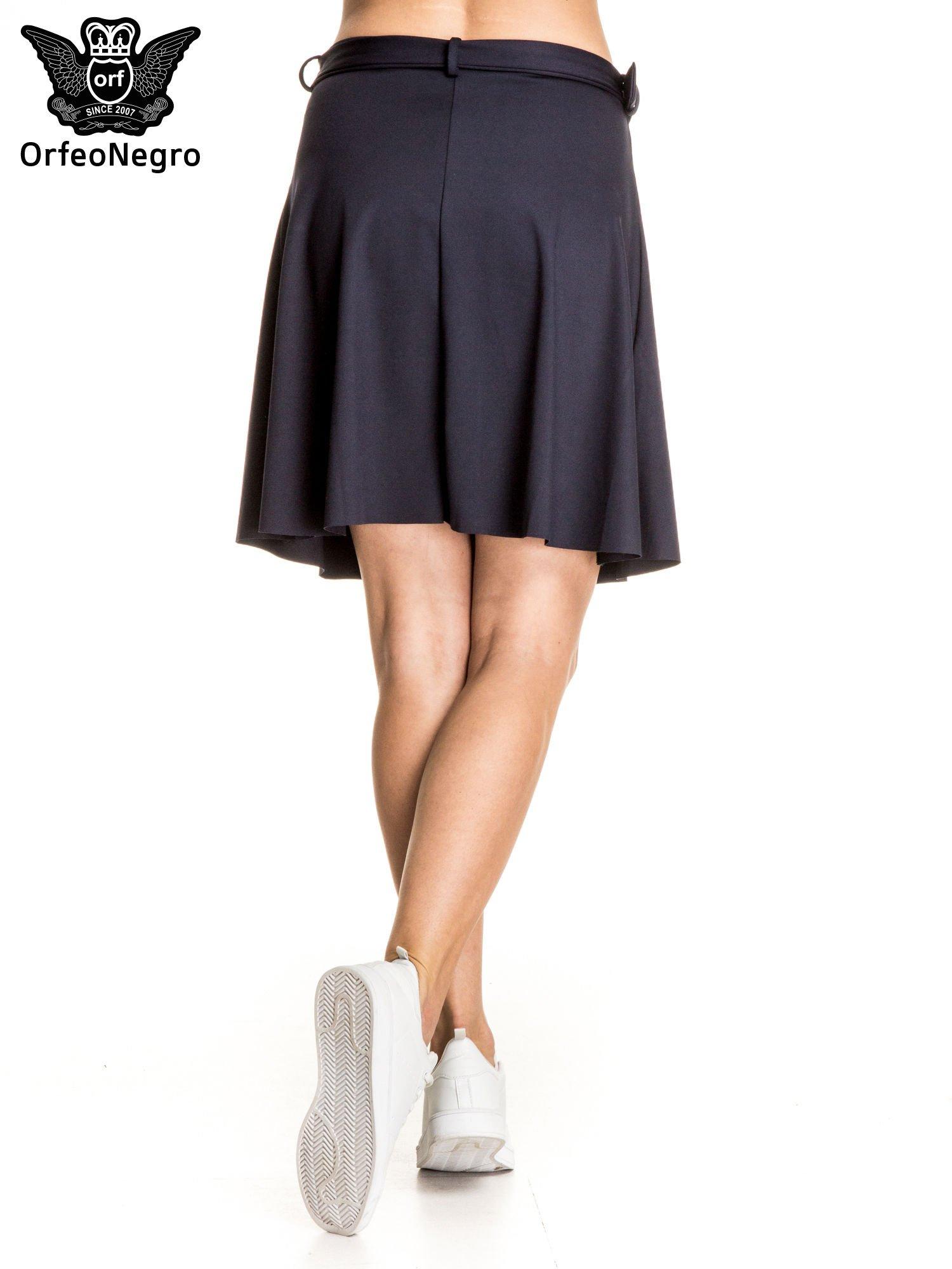 Granatowa trapezowa spódnica z paskiem z klamrą                                  zdj.                                  2