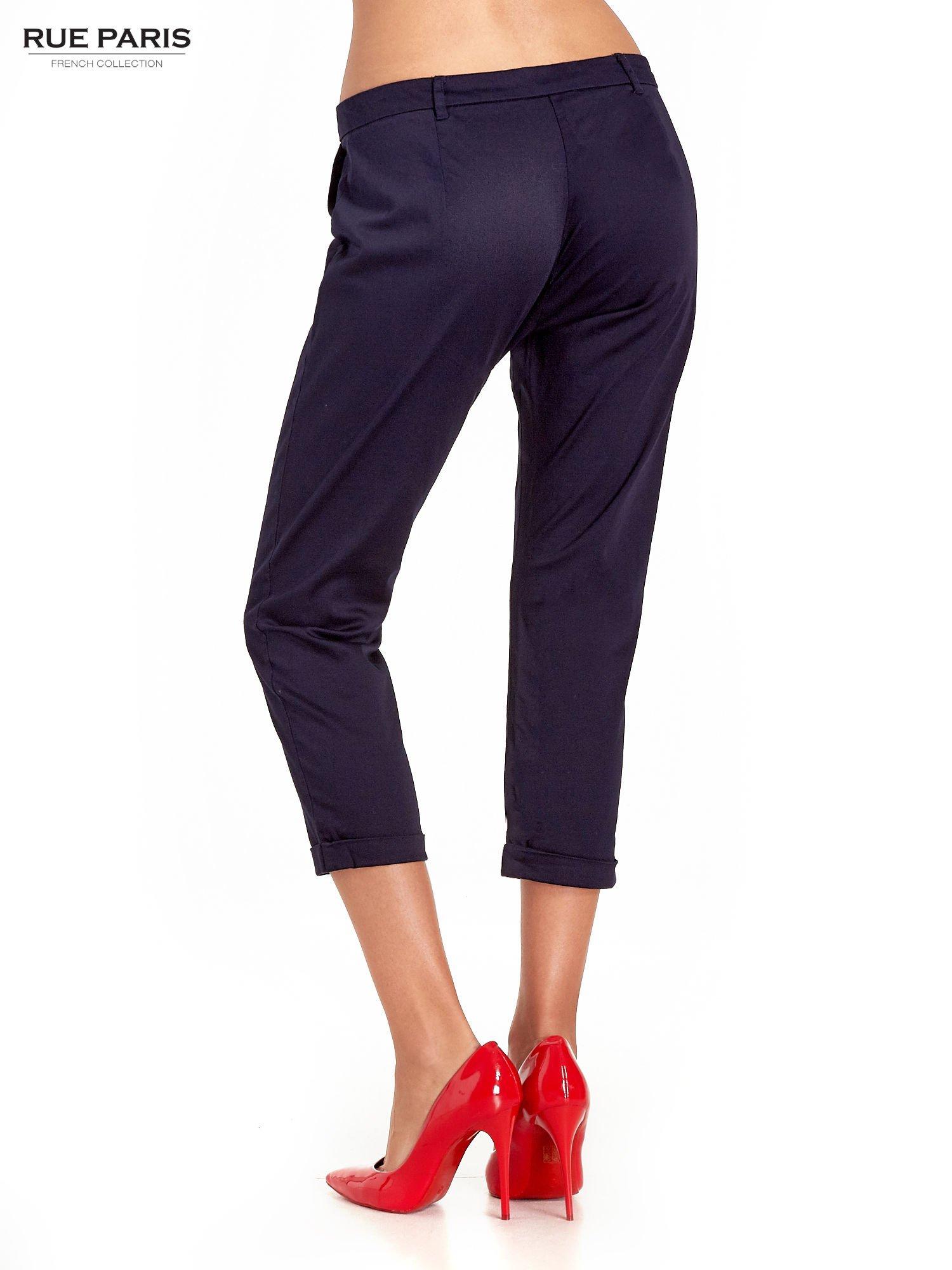 Granatowe eleganckie spodnie za kolano                                  zdj.                                  4