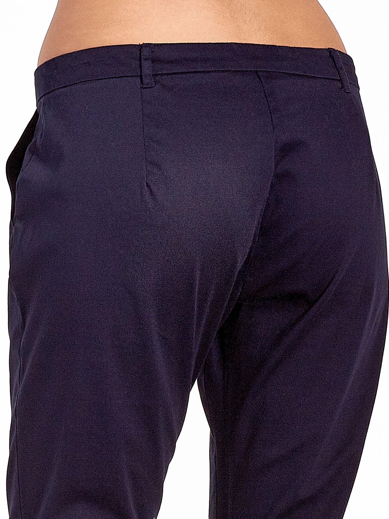 Granatowe eleganckie spodnie za kolano                                  zdj.                                  6