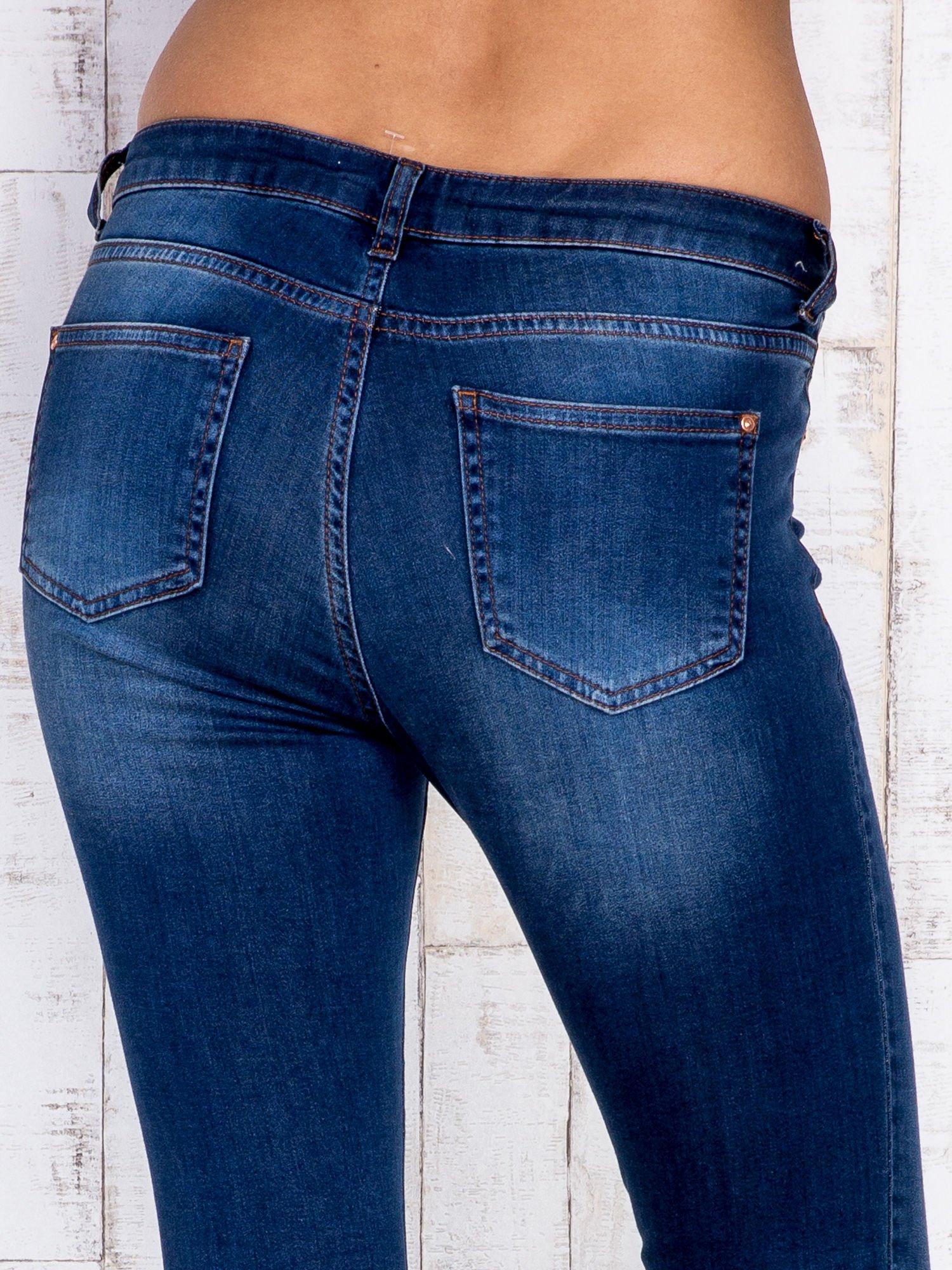 Granatowe jeansowe spodnie rurki z przetarciami                                  zdj.                                  5