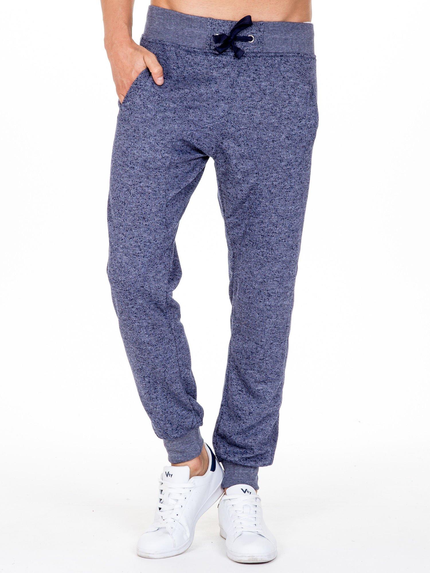 Granatowe melanżowe spodnie męskie z trokami i kieszeniami                                  zdj.                                  1