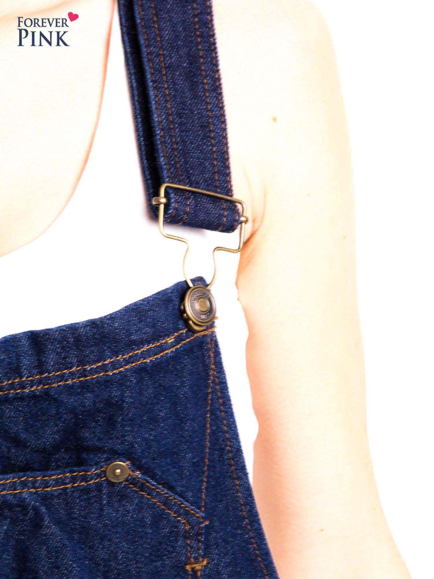 Granatowe ogrodniczki jeansowe z kieszeniami                                  zdj.                                  13
