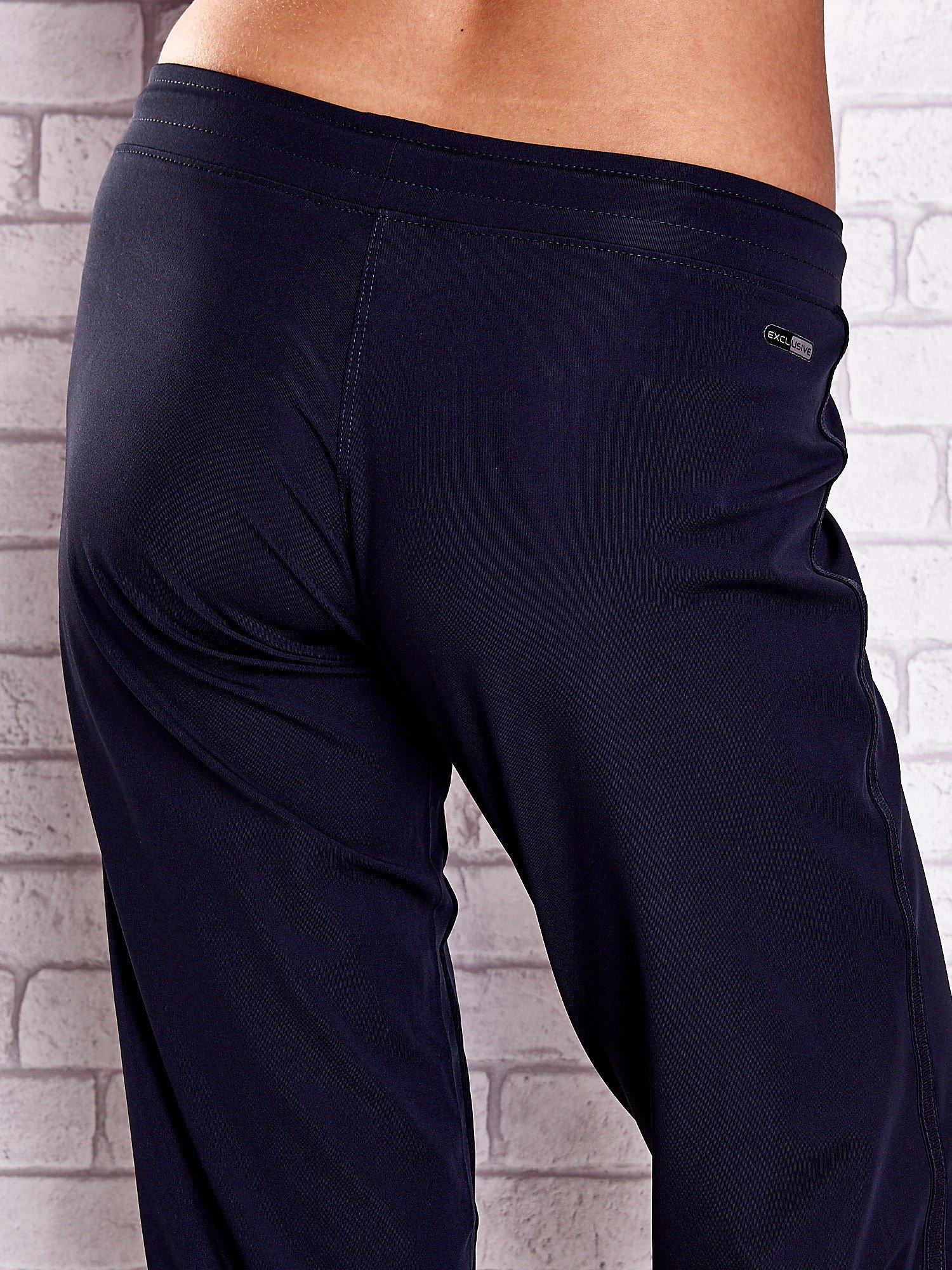 Granatowe spodnie capri z aplikacjami z dżetów                                  zdj.                                  6