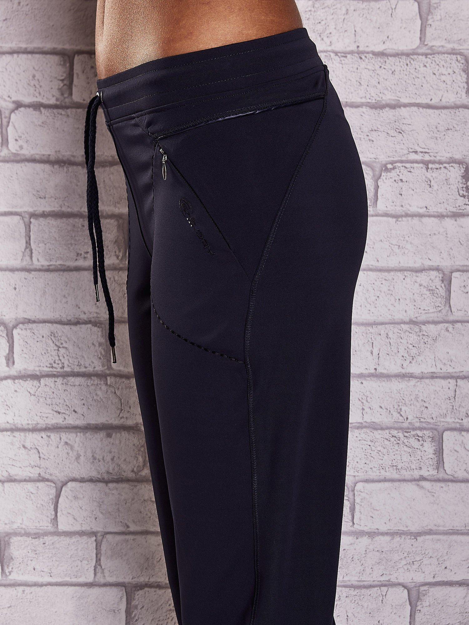 Granatowe spodnie capri z kieszonką i haftem PLUS SIZE                                  zdj.                                  5