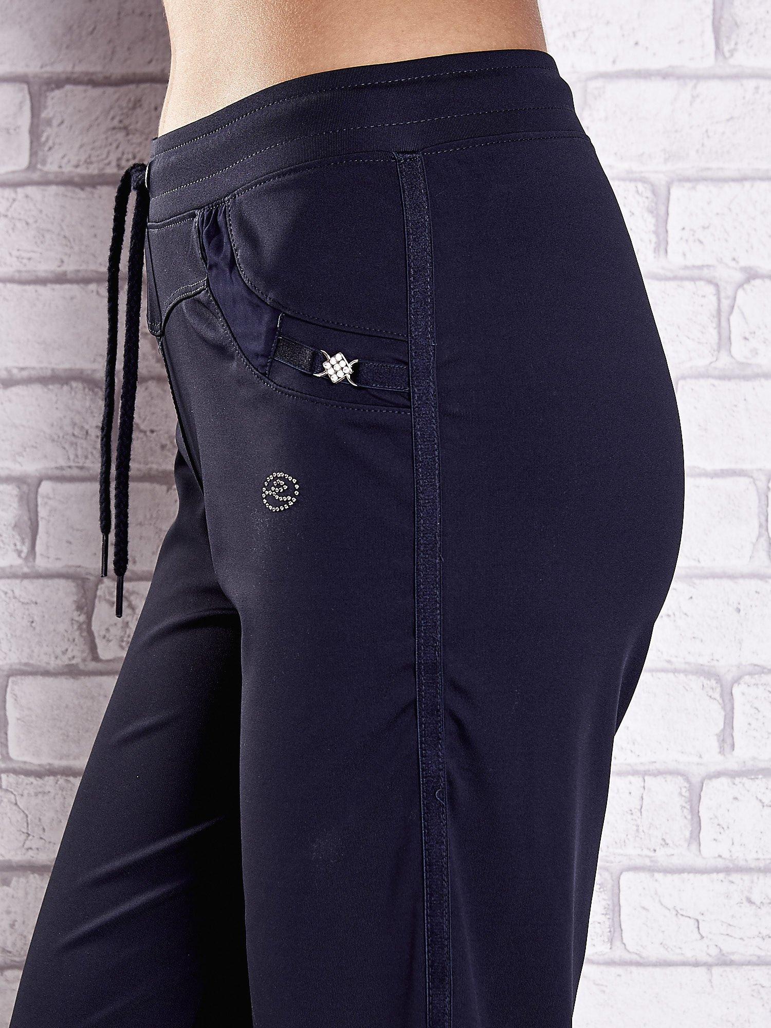 Granatowe spodnie dresowe z aplikacjami z błyszczących dżetów                                  zdj.                                  5