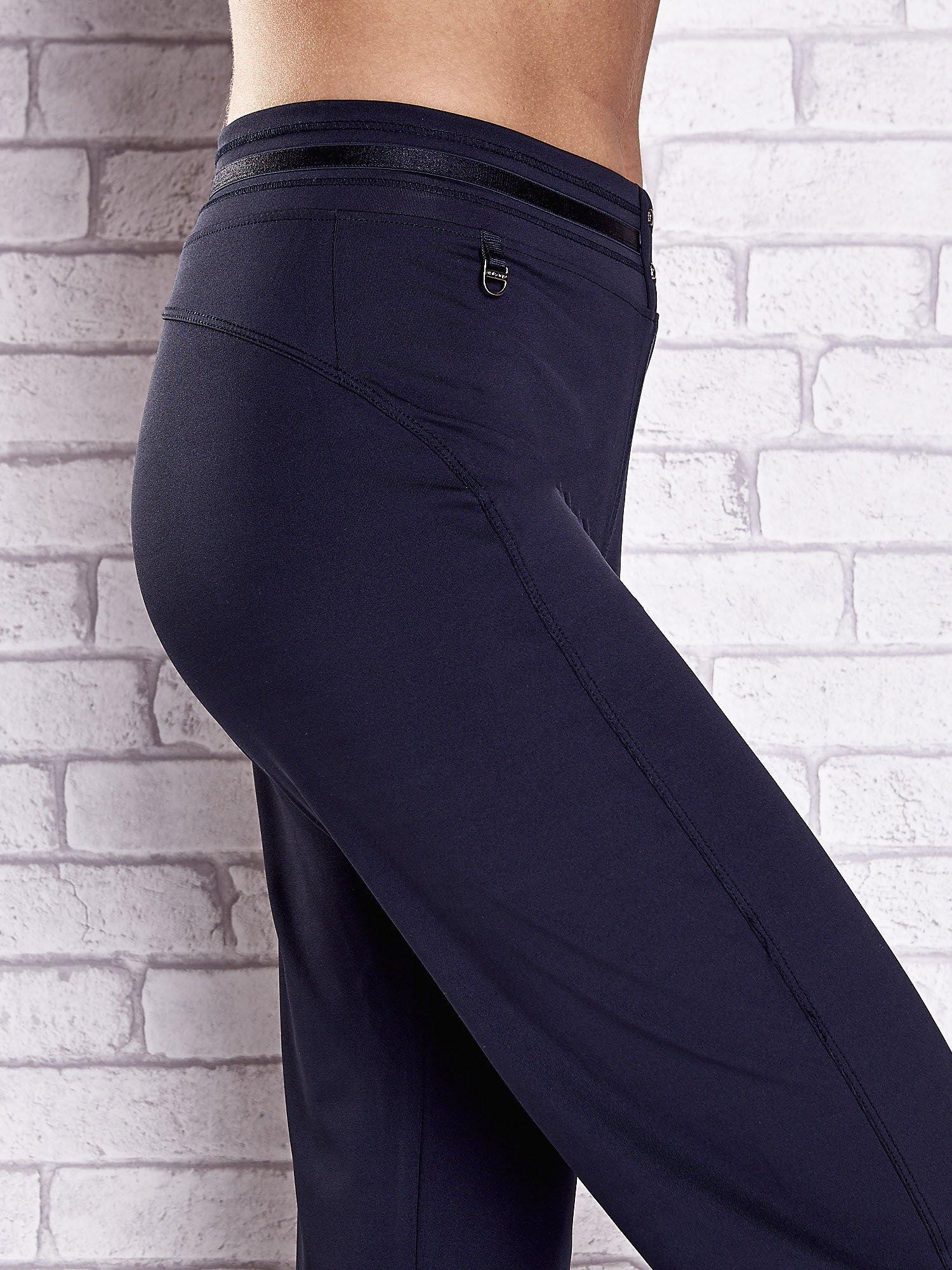 Granatowe spodnie dresowe z guziczkami                                  zdj.                                  5