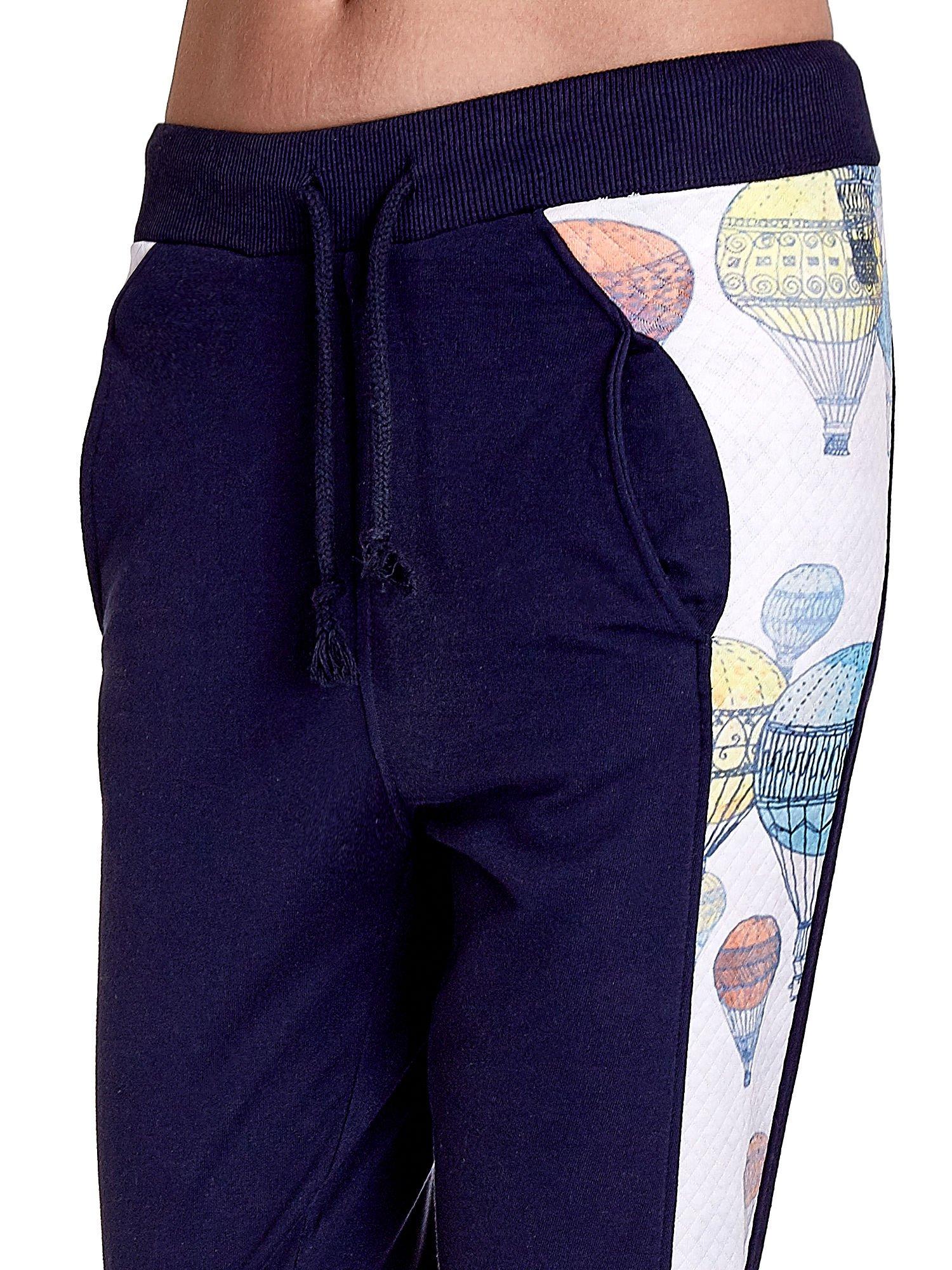 Granatowe spodnie dresowe z lampasem w balony                                  zdj.                                  5