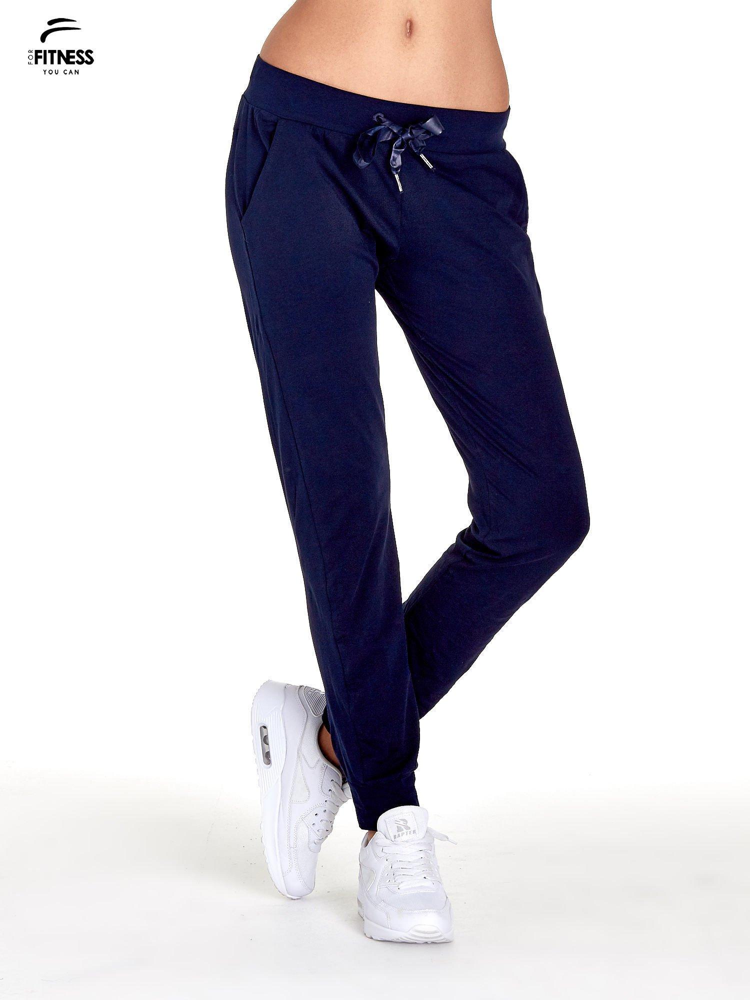 Granatowe spodnie dresowe z nogawką ze ściągaczem                                  zdj.                                  1