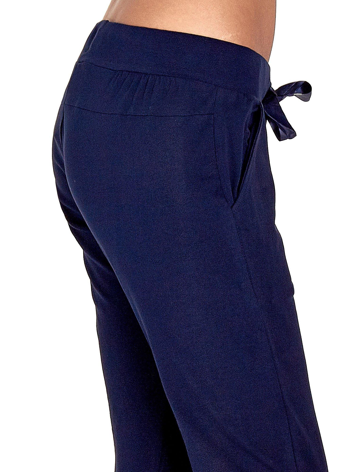 Granatowe spodnie dresowe z nogawką ze ściągaczem                                  zdj.                                  5