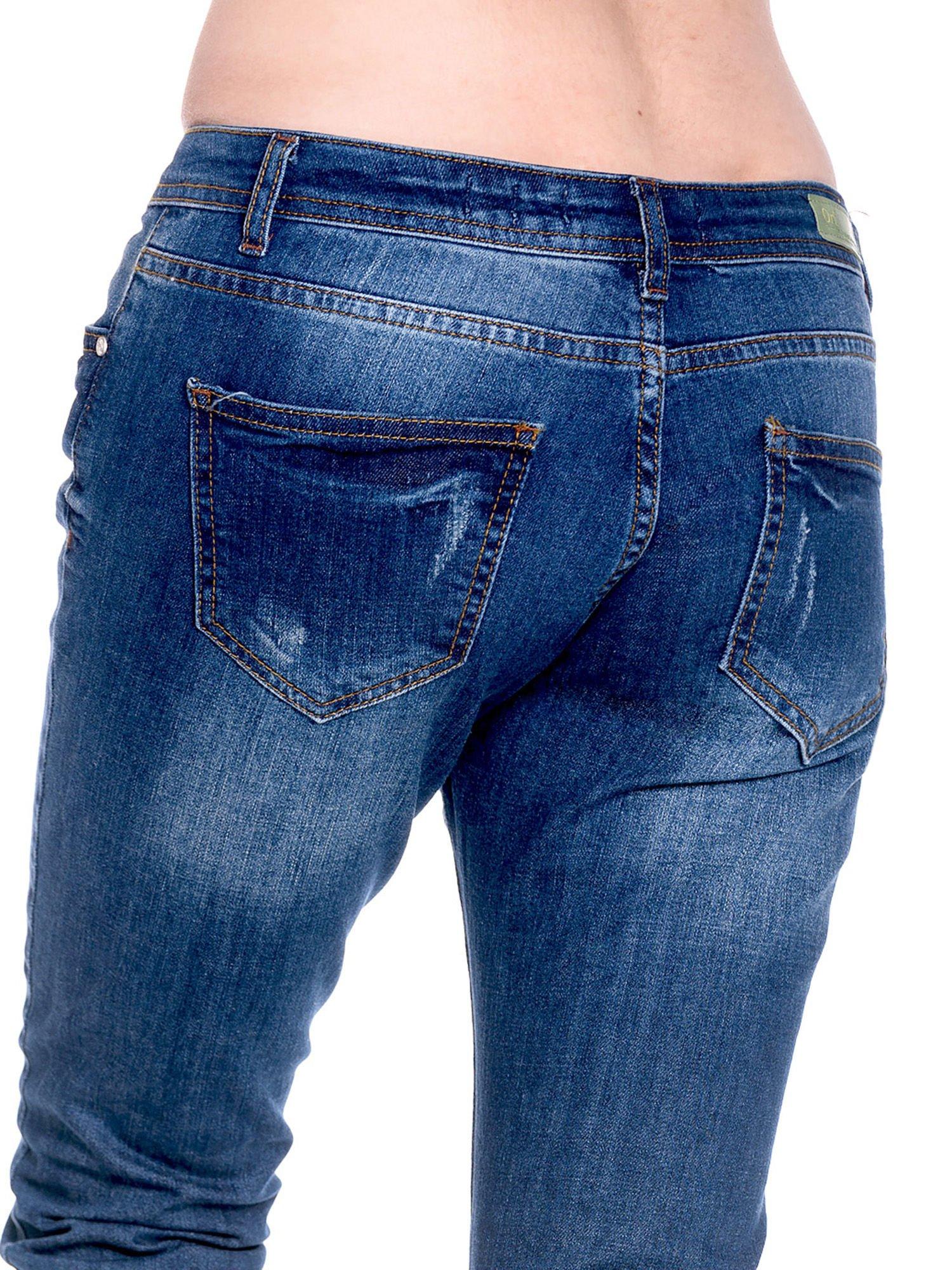 Granatowe spodnie girlfriend jeans z przetarciami                                  zdj.                                  8