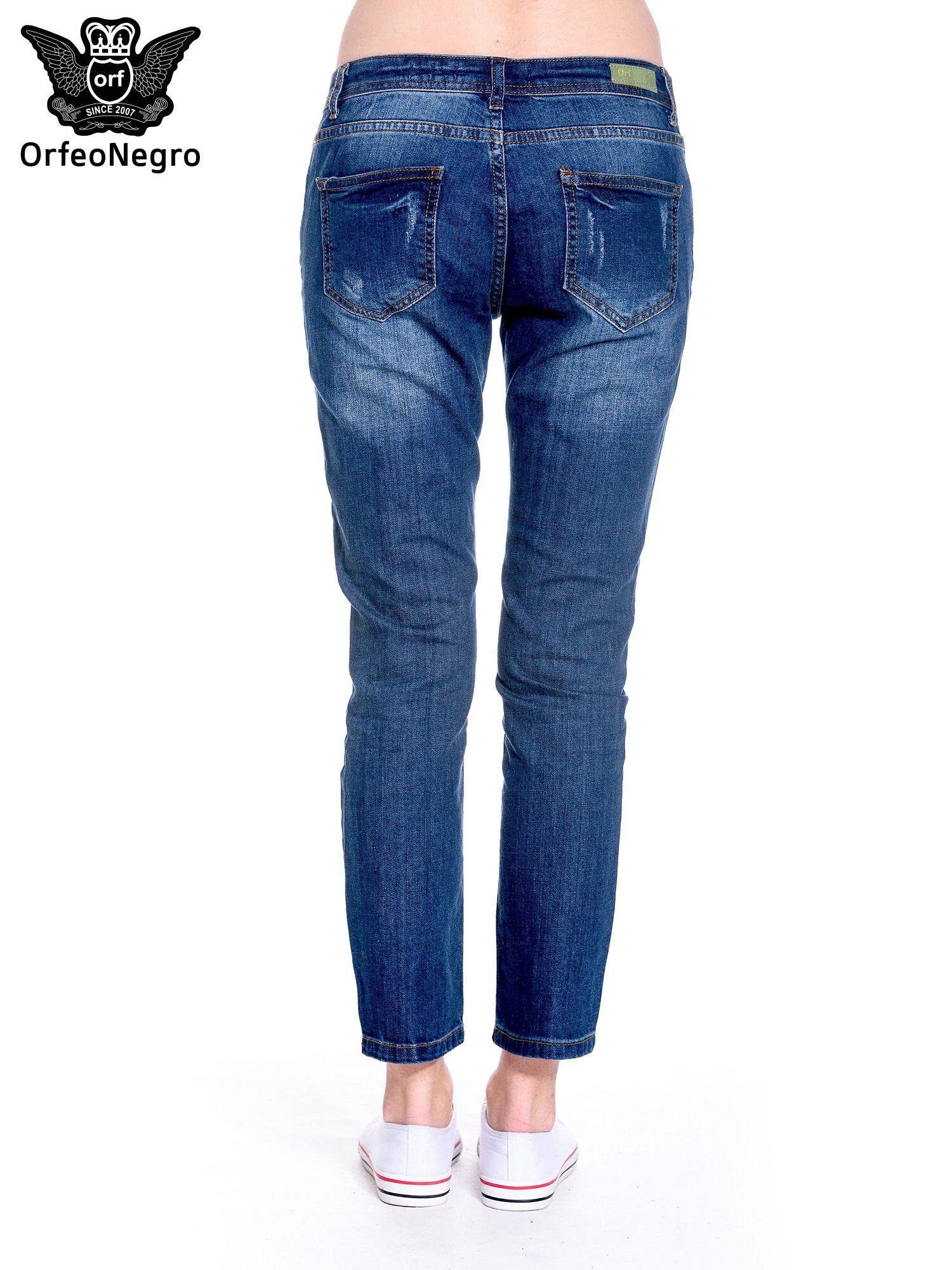 Granatowe spodnie girlfriend jeans z przetarciami                                  zdj.                                  5