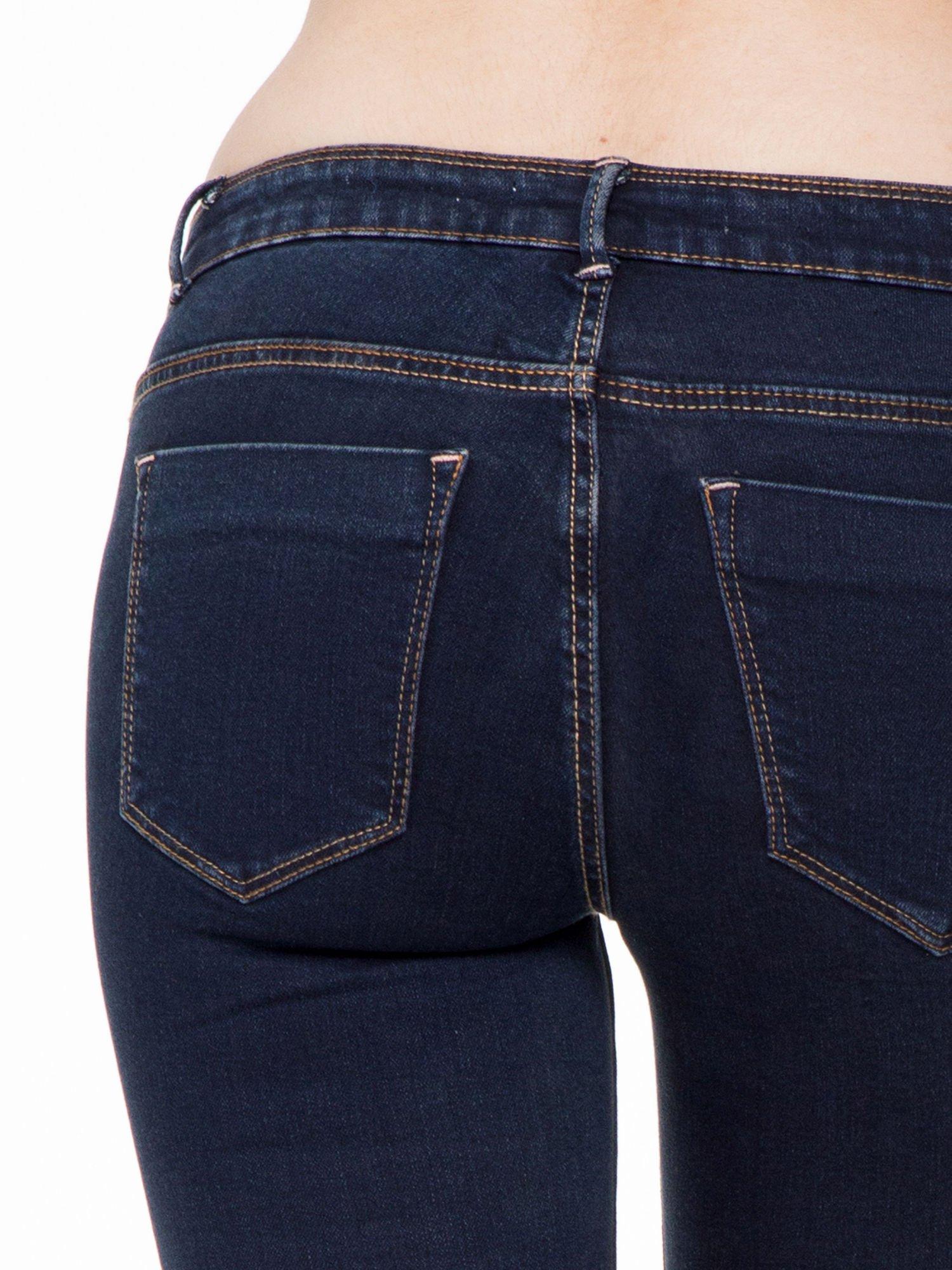 Granatowe spodnie jeansowe rurki 7/8                                  zdj.                                  6