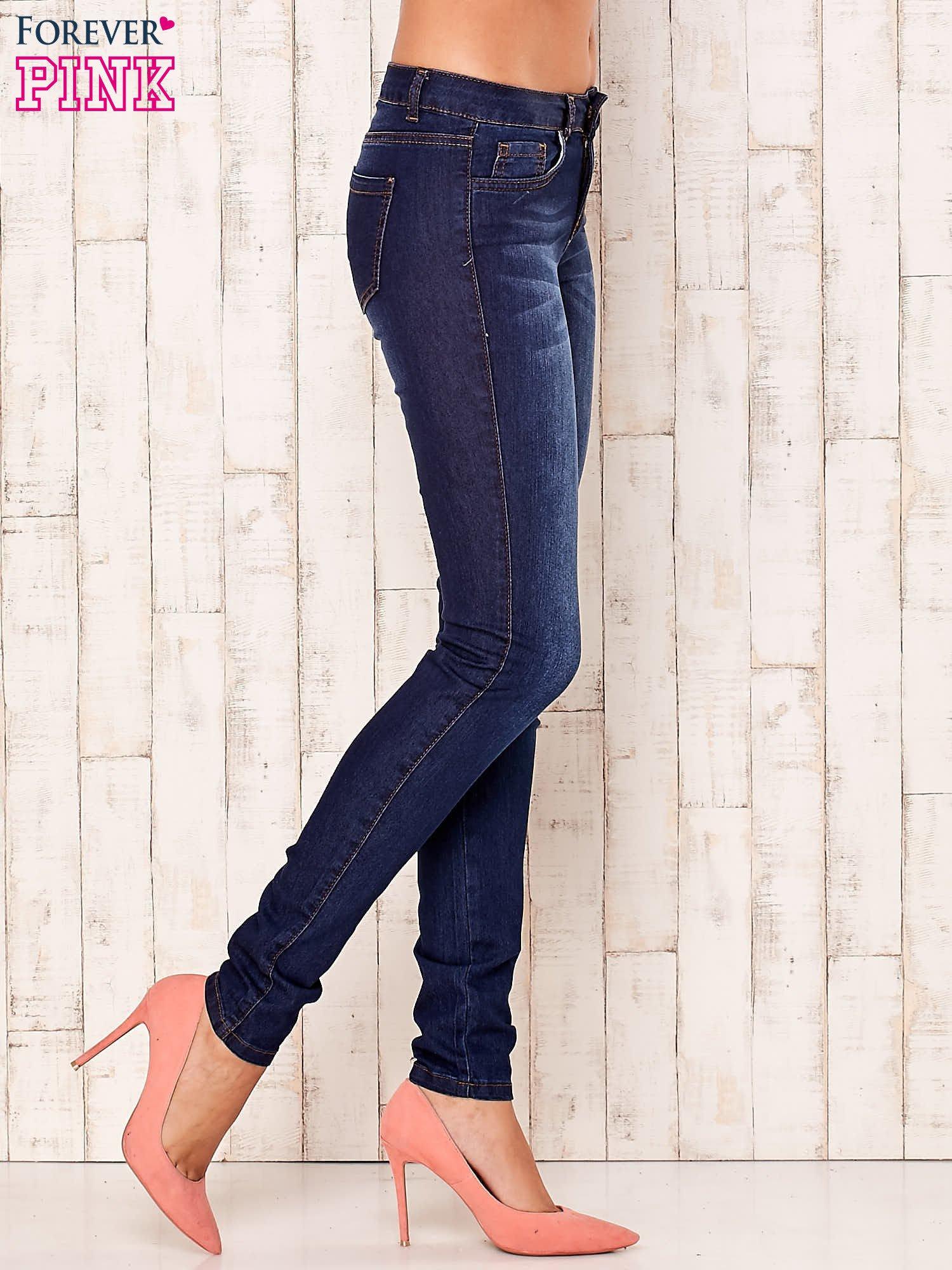 Granatowe spodnie jeansowe slim                                  zdj.                                  2