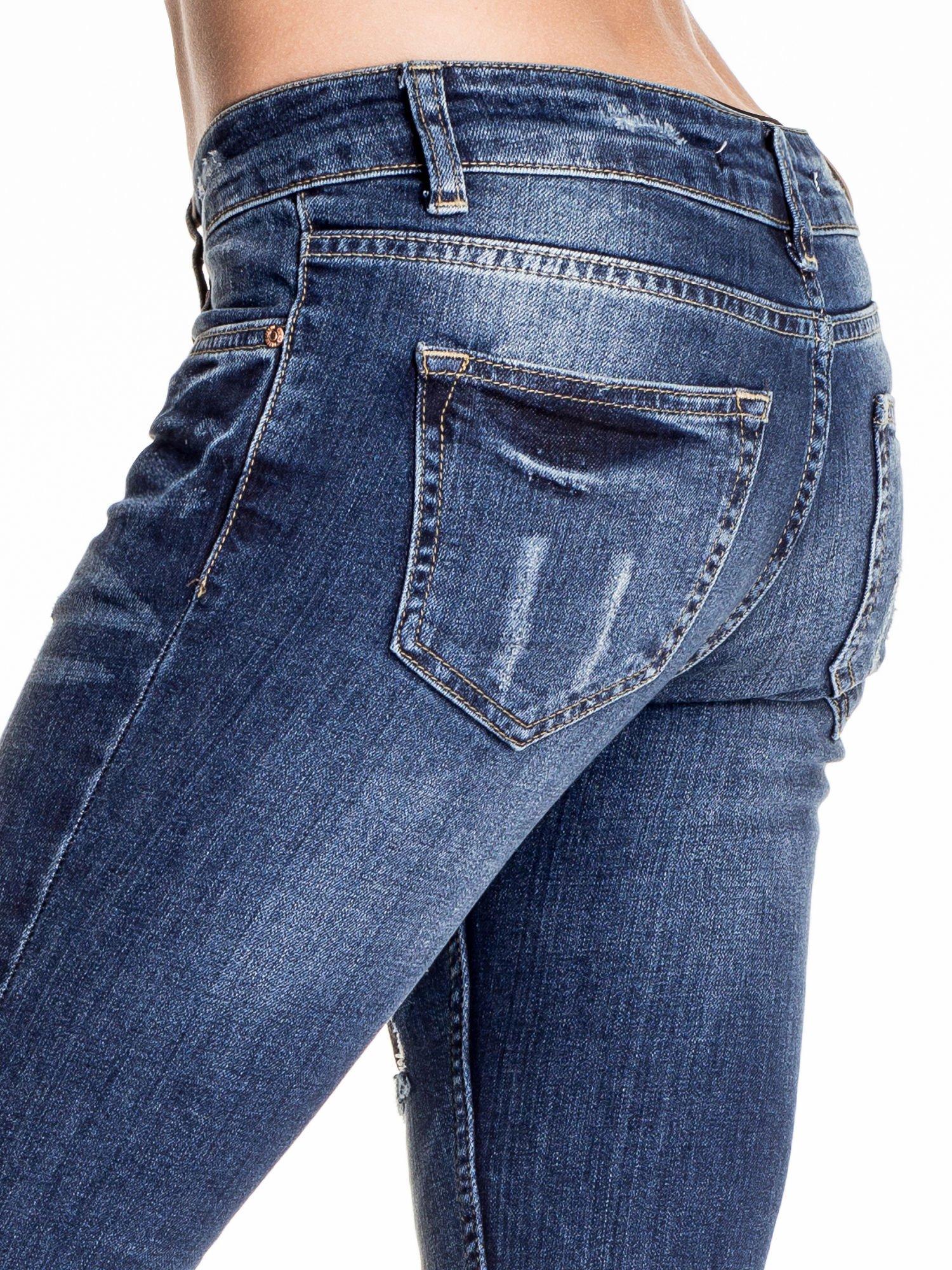 Granatowe spodnie skinny jeans z czarnymi łatami                                  zdj.                                  6