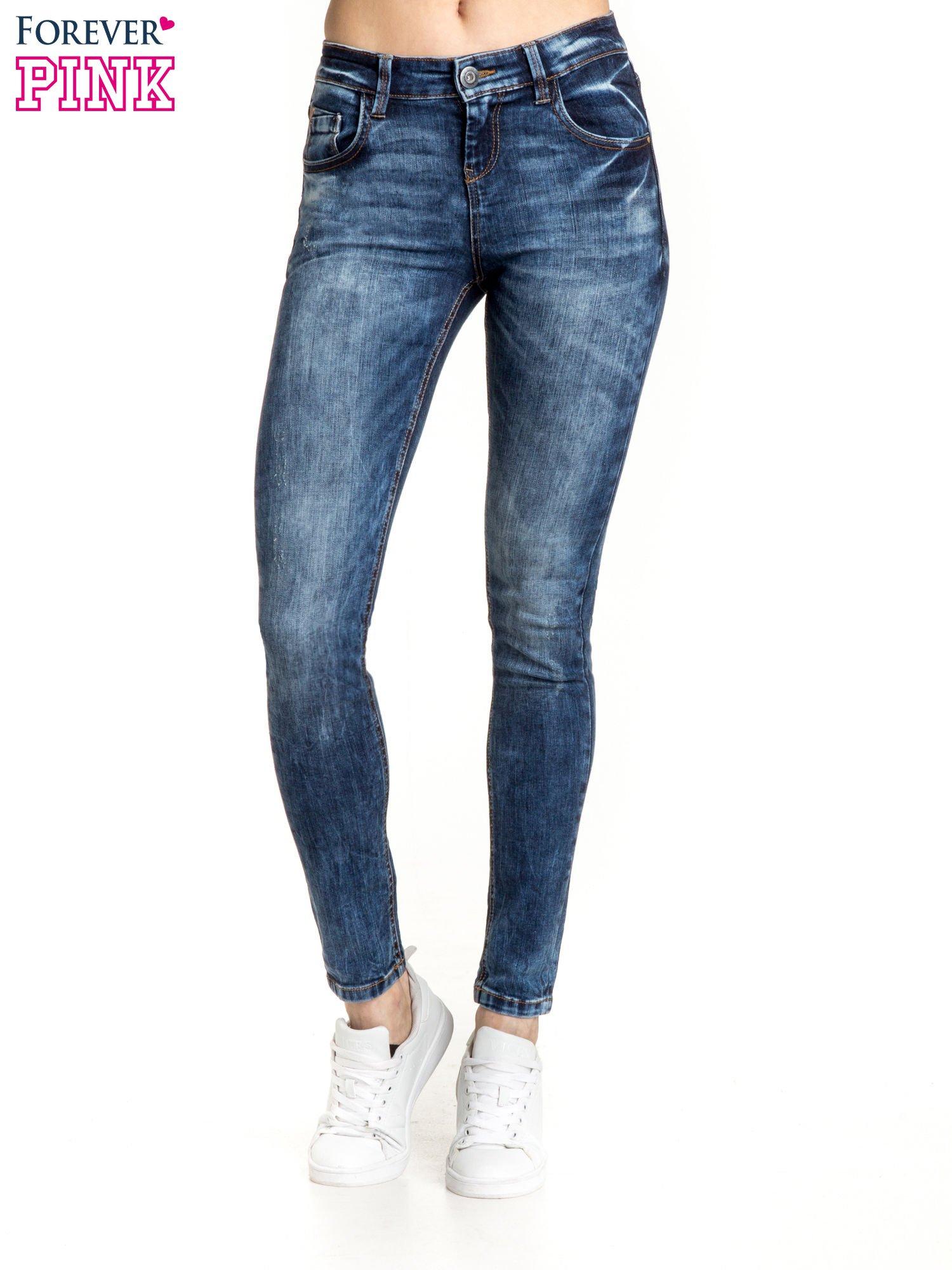 Granatowe spodnie skinny jeans z lekkim dekatyzowaniem                                  zdj.                                  1