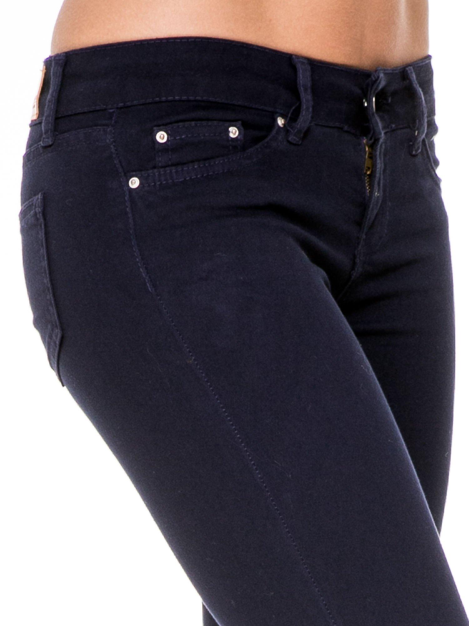 Granatowe spodnie typu skinny z elastycznego materiału                                  zdj.                                  5