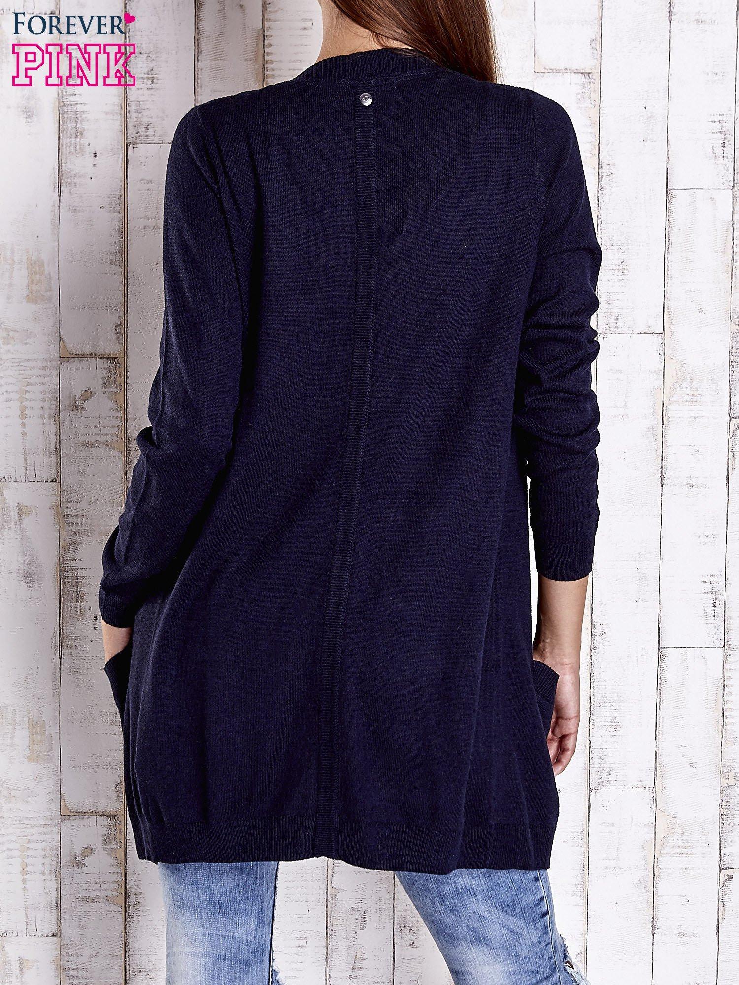 Granatowy długi niezapinany sweter z kieszeniami                                  zdj.                                  4