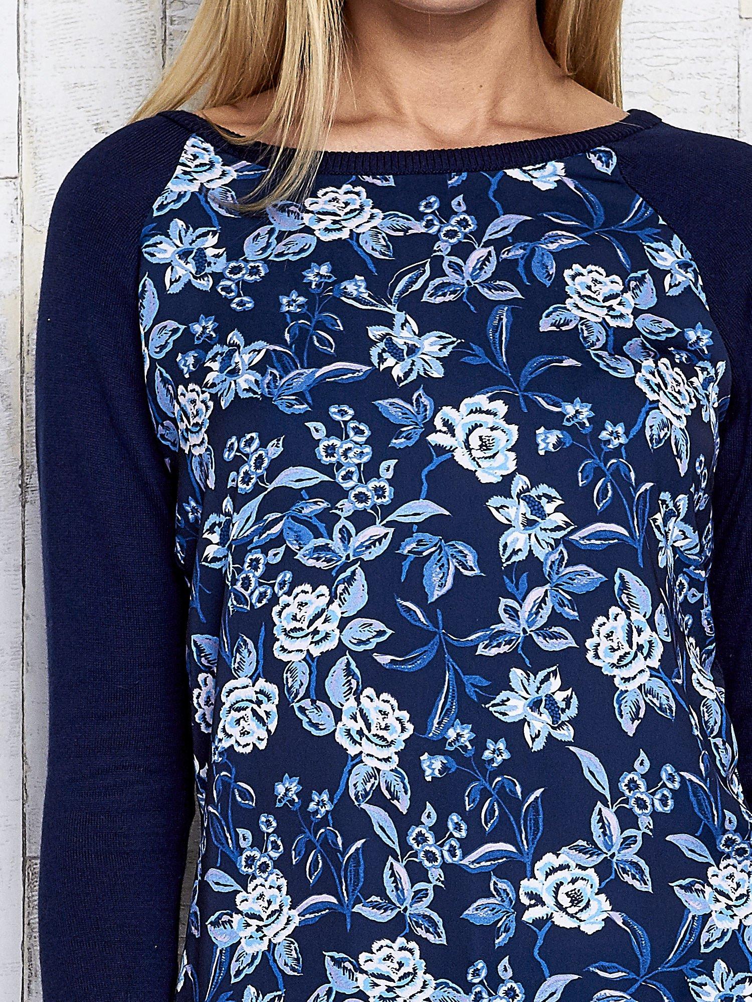 Granatowy kwiatowy sweter z łączonych materiałów                                  zdj.                                  6